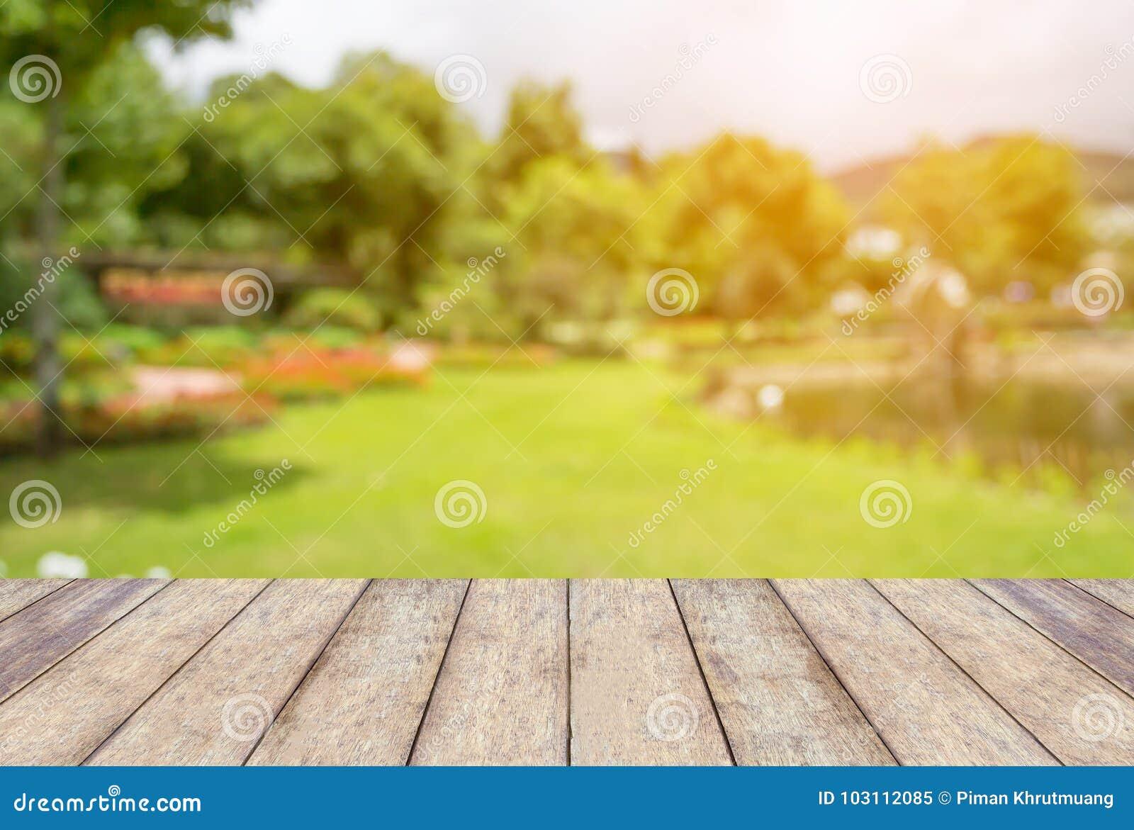 Lege houten lijst met vaag tuinpark