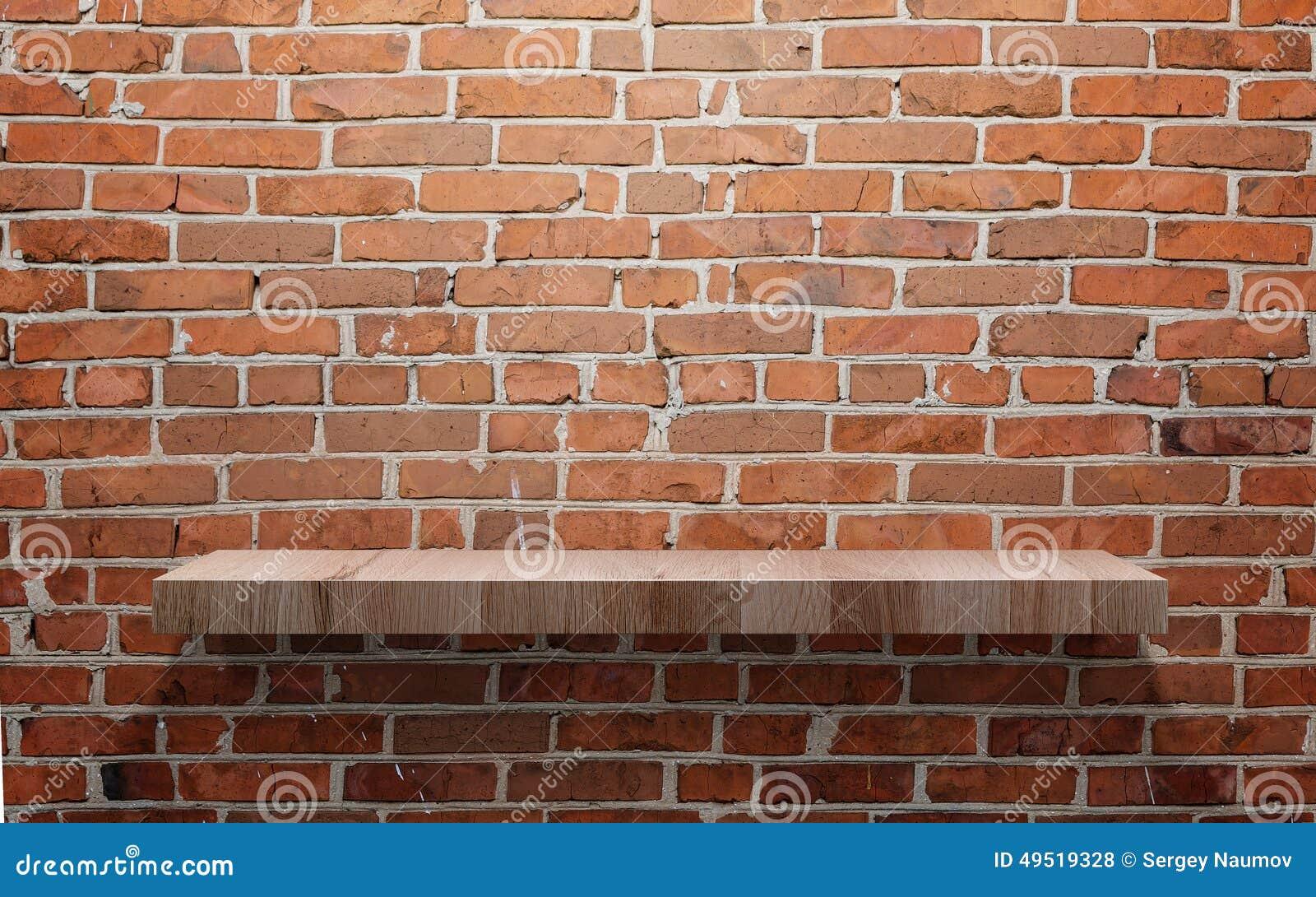 Lege houten plank op bakstenen muur