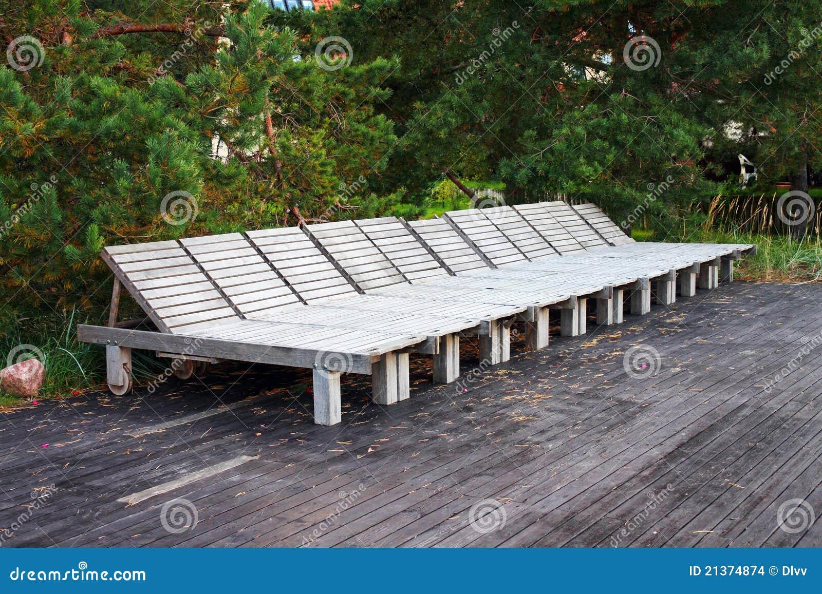 Lege houten strandbedden die in een rij worden geschikt stock afbeeldingen afbeelding 21374874 - Houten bed ...