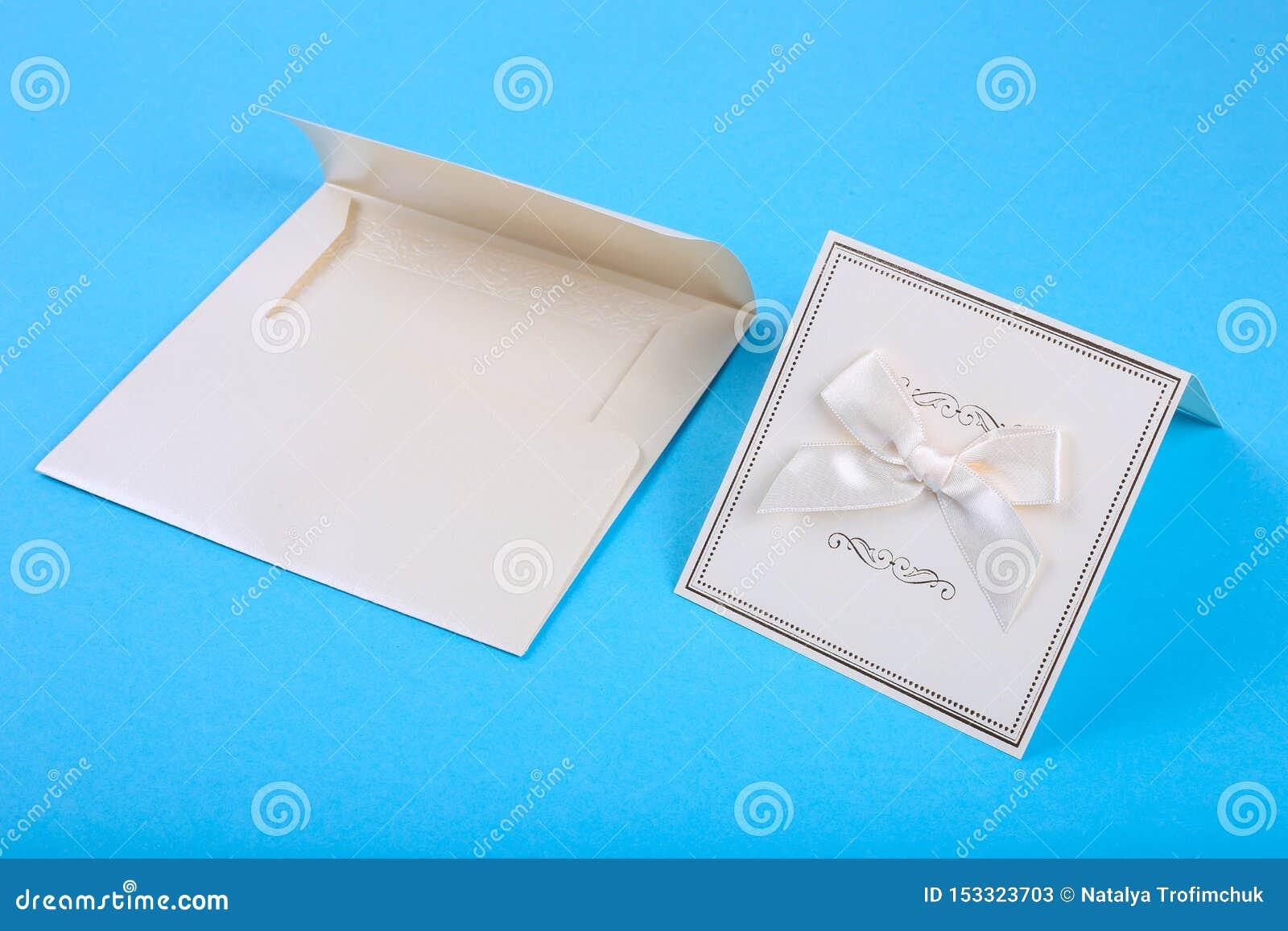 Lege kaart in blauwe envelop op blauwe achtergrond Vakantie en uitnodigingsmodel