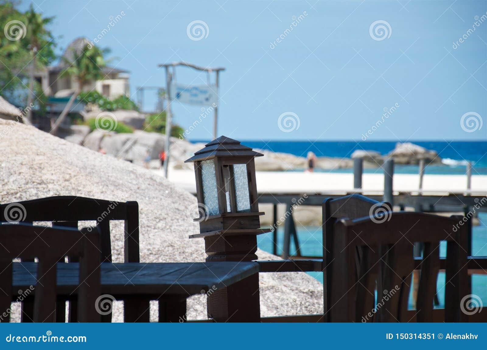 Lege lijst en stoelen in een tropisch strandrestaurant