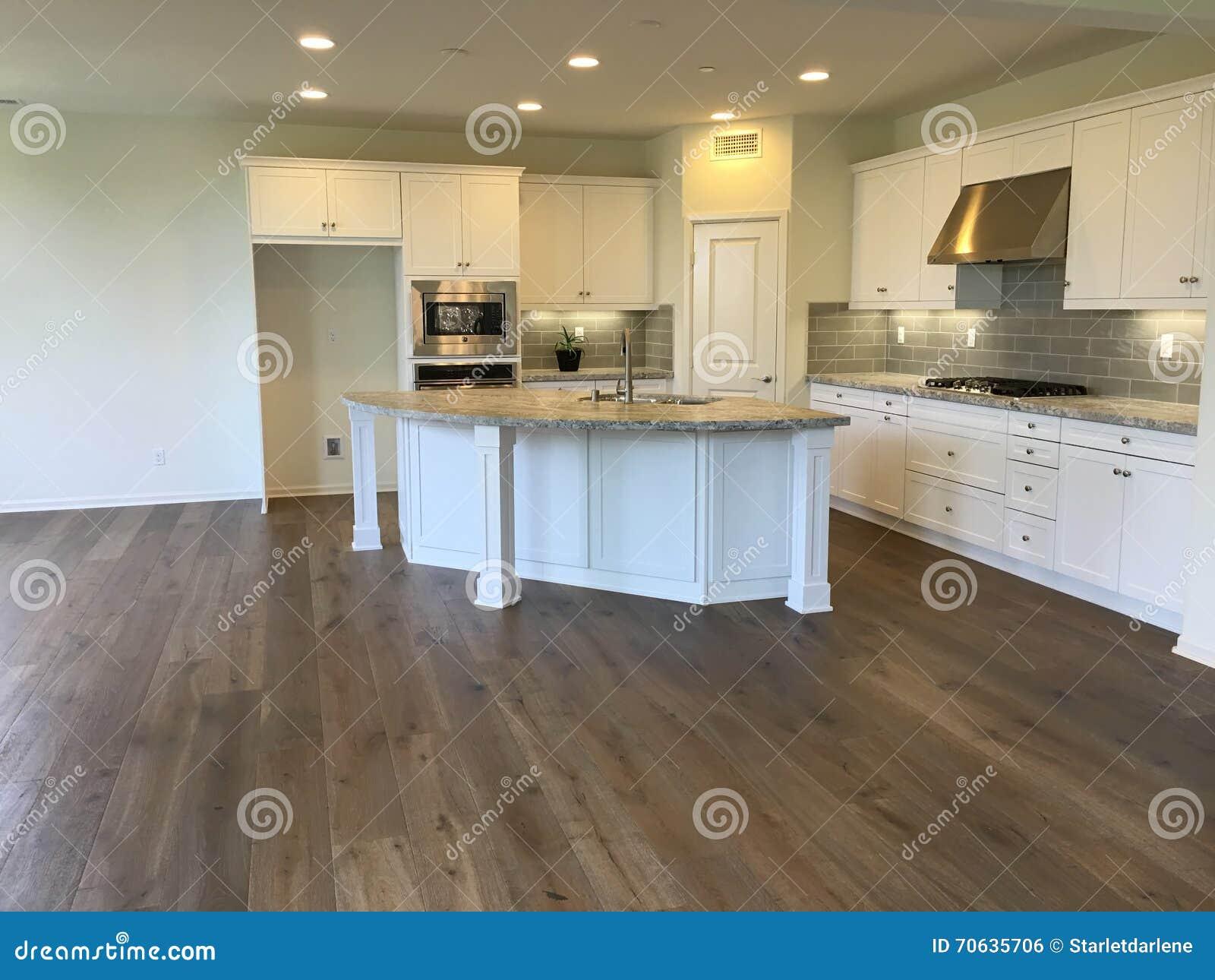 Lege mooie moderne witte keuken met houten vloeren stock foto ...
