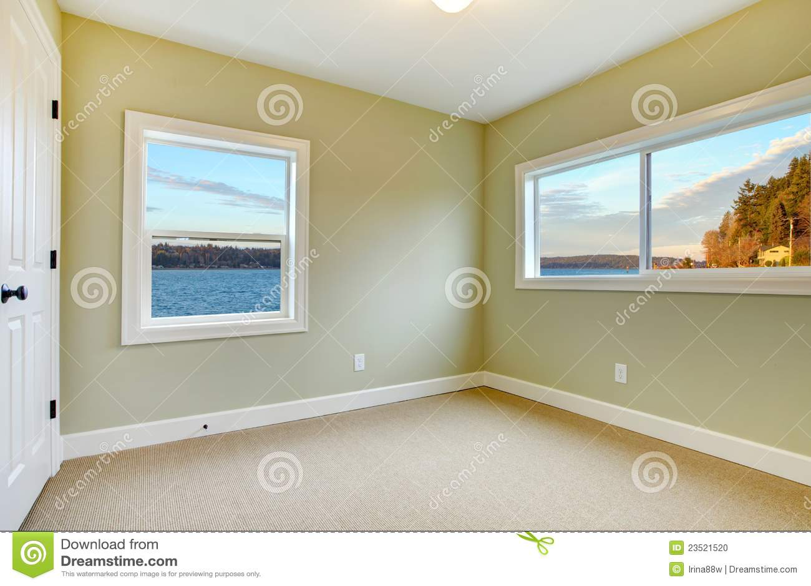 Lege slaapkamer met lichtblauwe muren stock foto   afbeelding ...