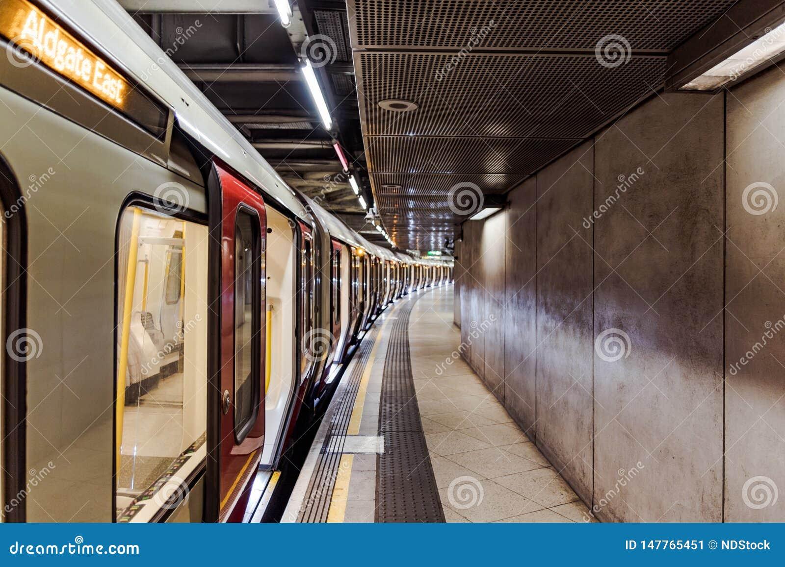 Lege ondergrondse metro bij het station van Westminster