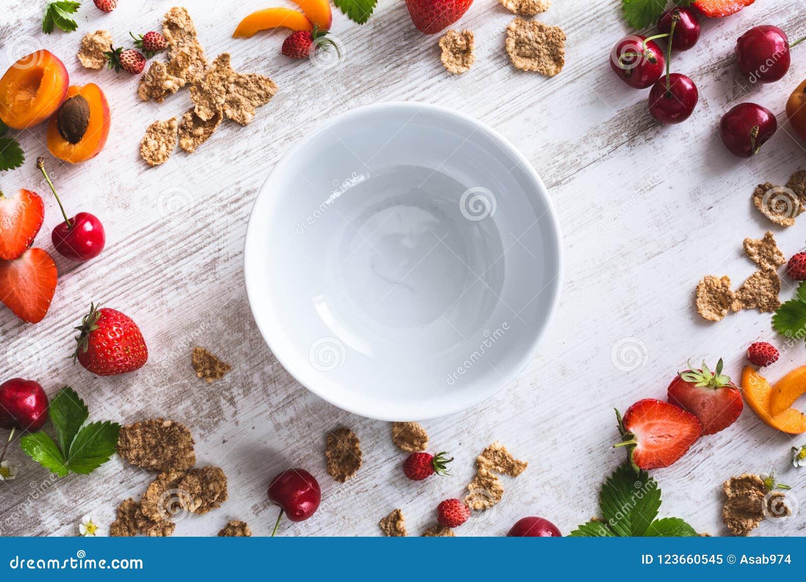 Lege Ontbijtkom met Graangewas, Kersen, Abrikoos, Aardbeien