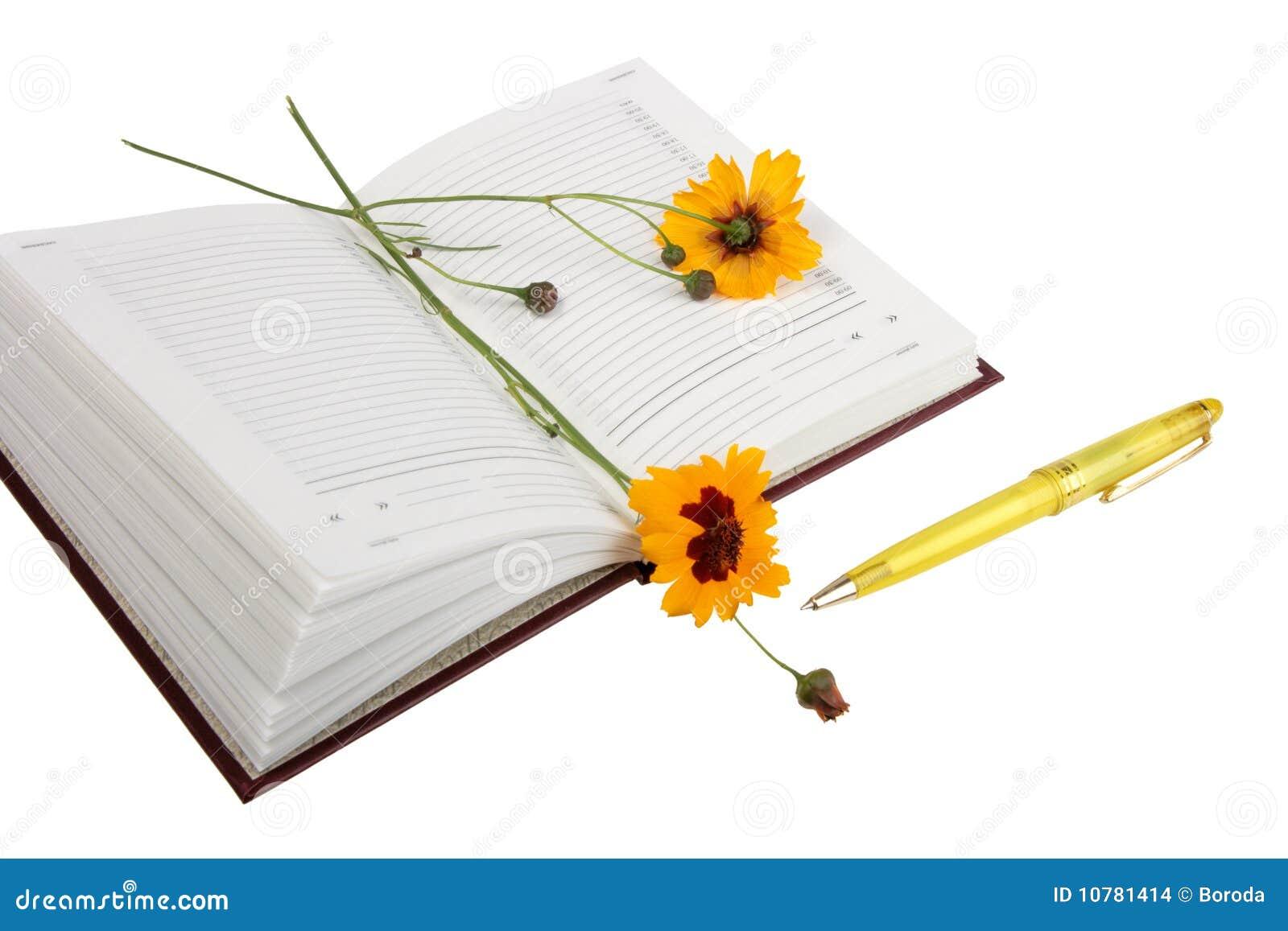 Lege open agenda, gele bloemen en gele bal p