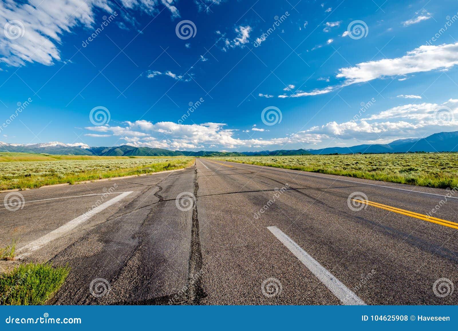 Download Lege open weg in Wyoming stock foto. Afbeelding bestaande uit groot - 104625908