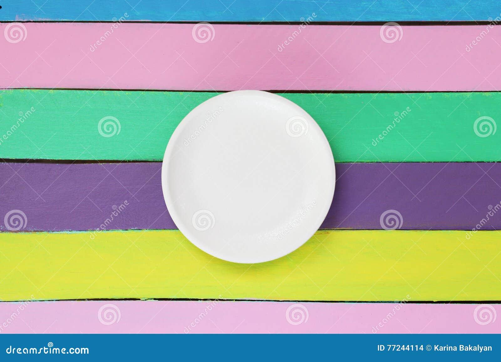 Lege plaat op kleurrijke houten lijst