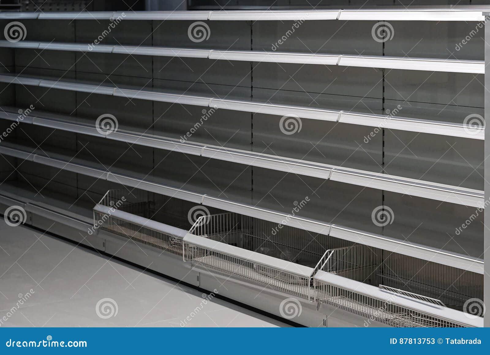 Lege plank in kruidenierswinkelopslag
