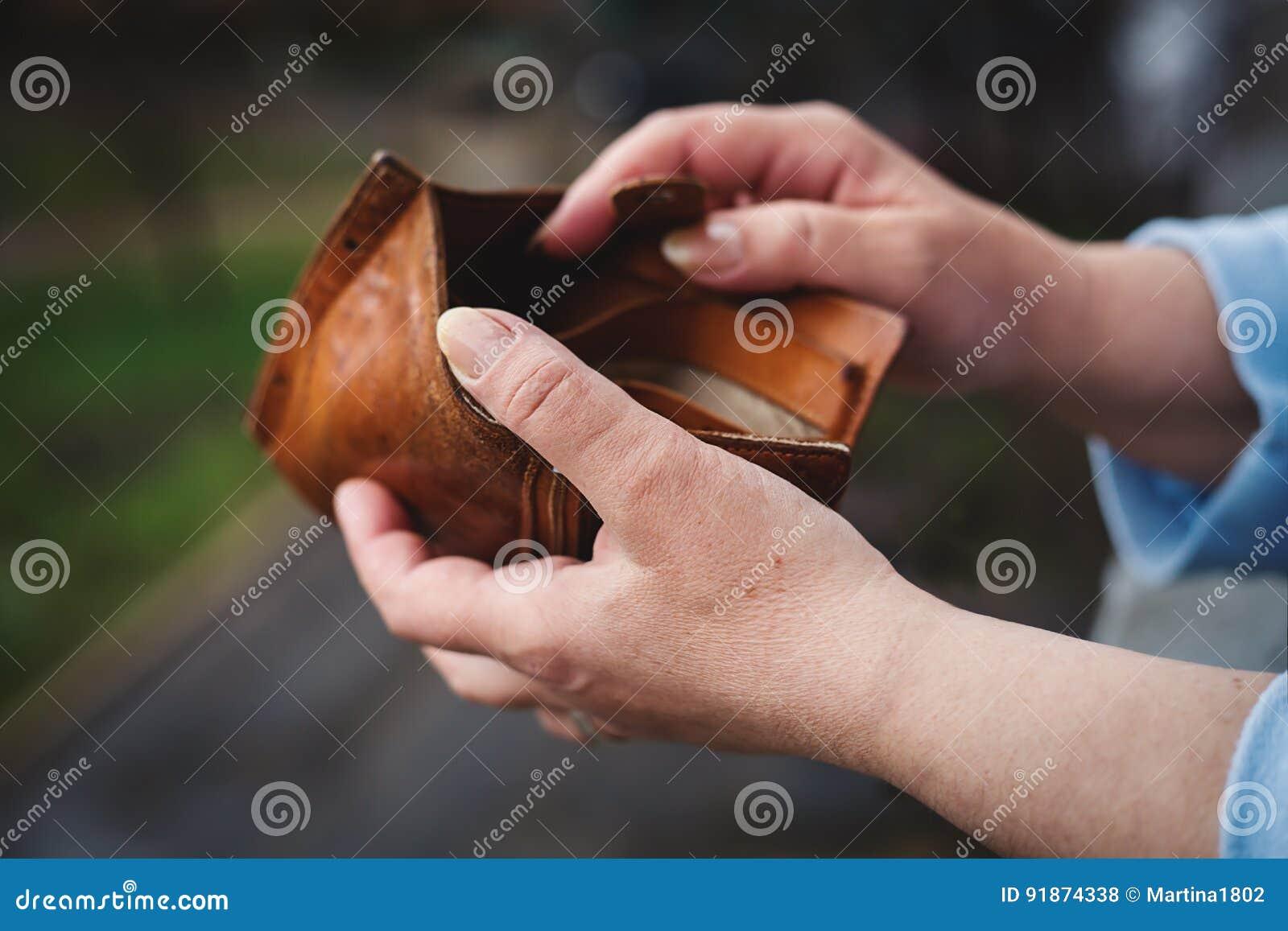 Lege portefeuille in de handen van vrouw