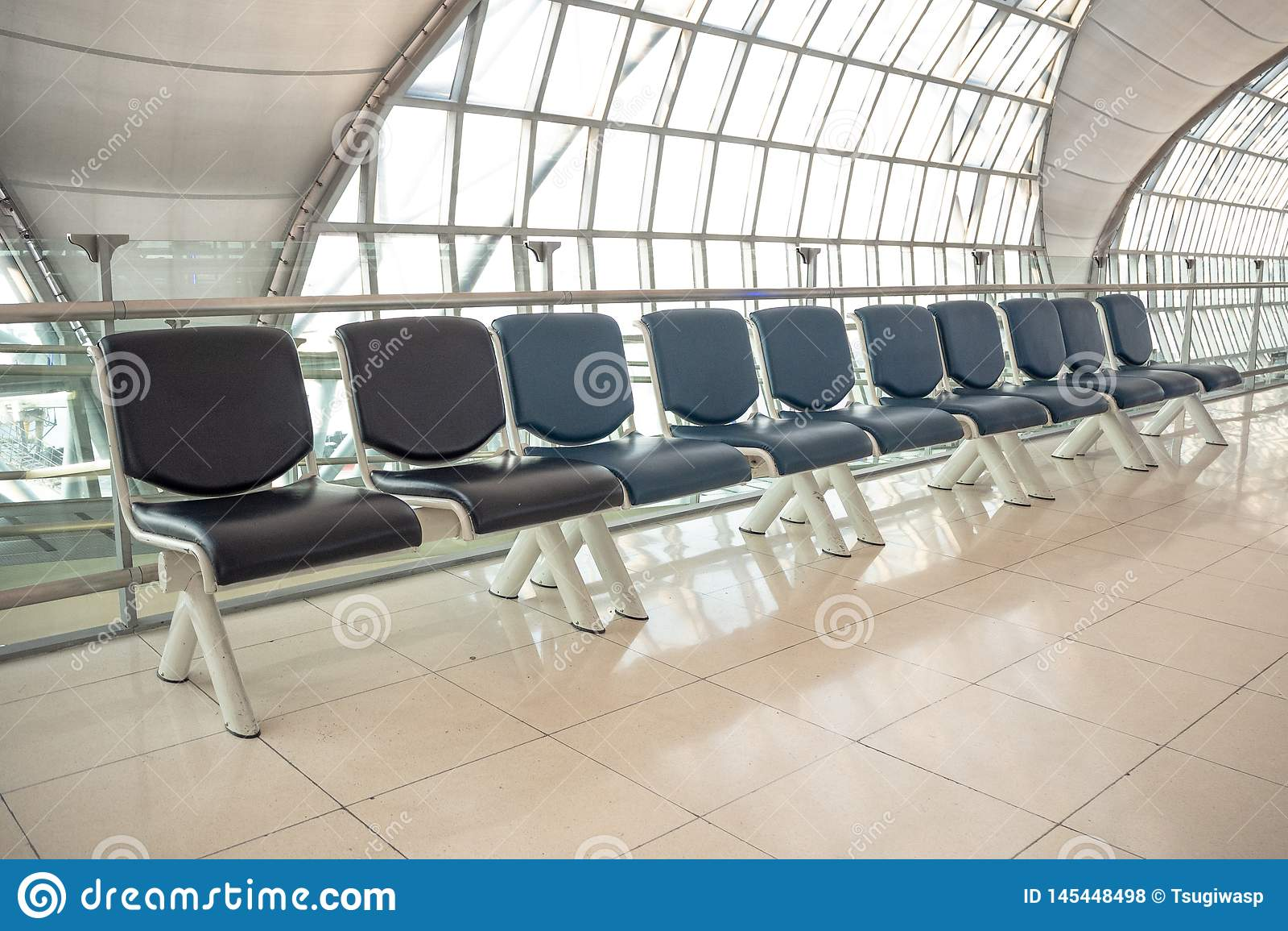 Lege rij van zetel voor het wachten bij de poort in de luchthaven