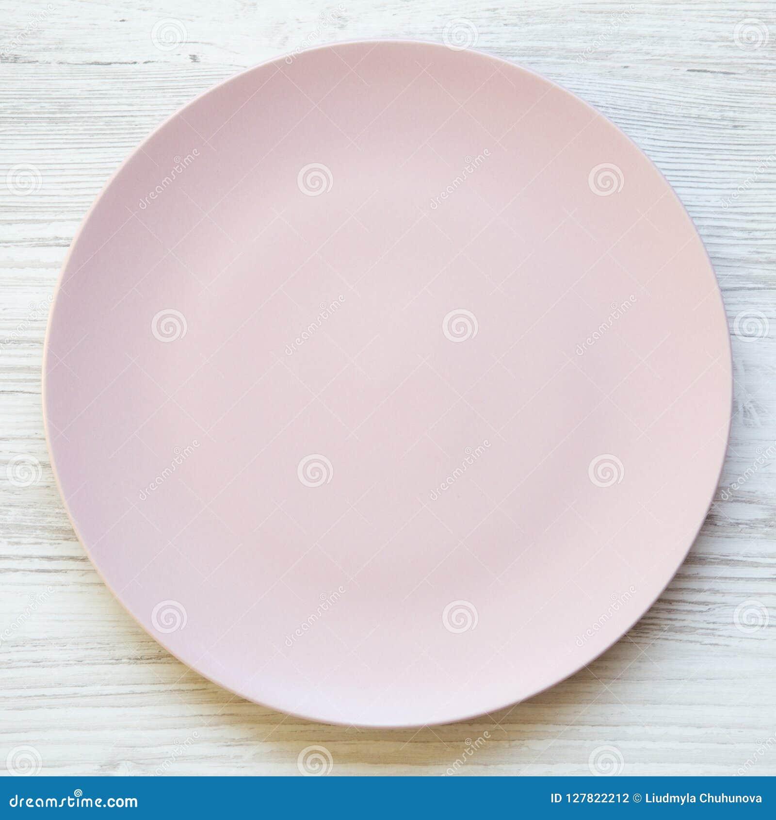 Lege roze plaat op een witte houten lijst, luchtmening De hoogste vlakke mening, van hierboven, legt Het op dieet zijn concept