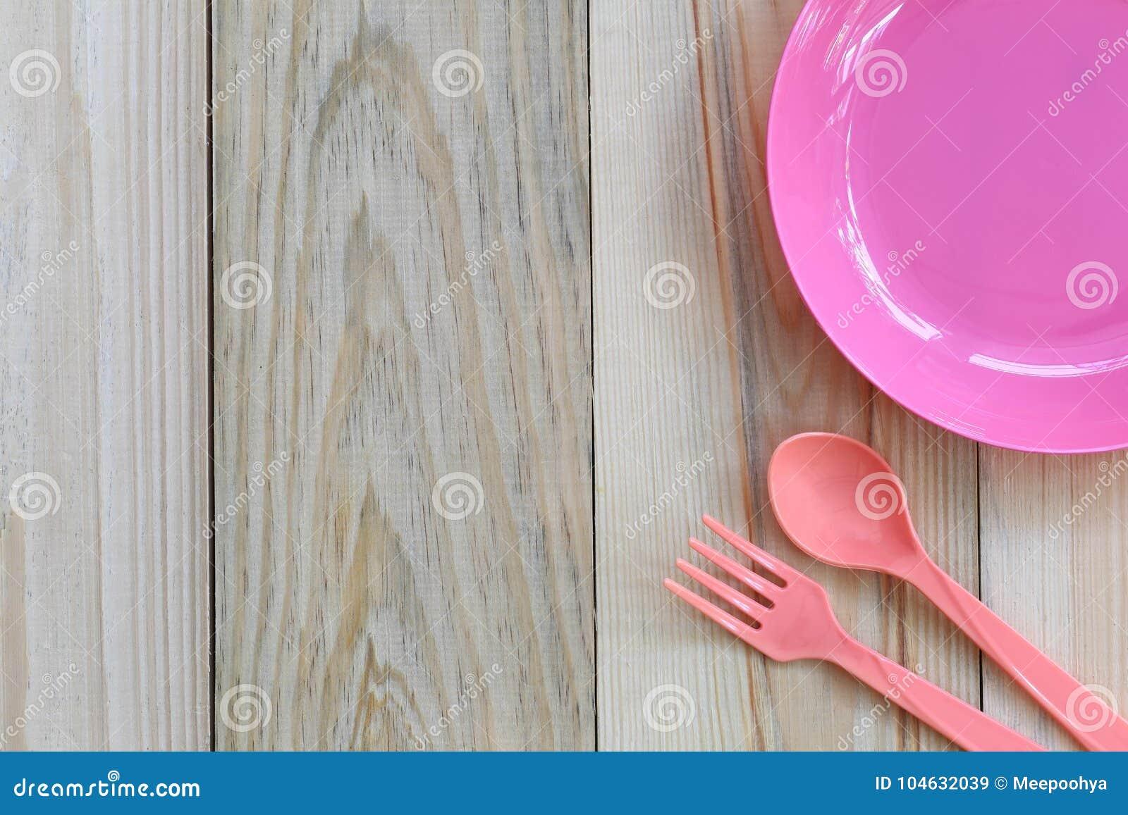 Download Lege Roze Plastic Die Schotel En Lepel Op Houten Vloer Wordt Geplaatst Stock Afbeelding - Afbeelding bestaande uit modern, cooking: 104632039