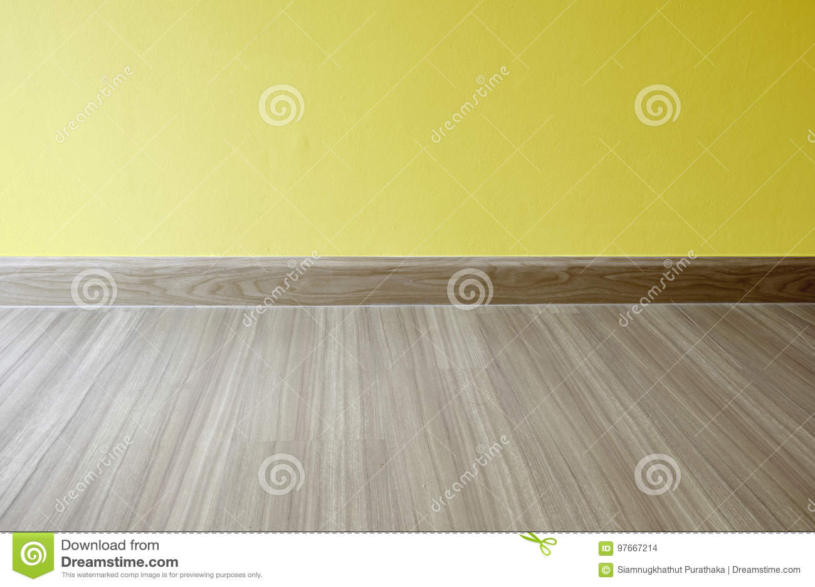 Laminaat Of Vinyl : Lege ruimte met eiken hout gelamineerde bevloering en onlangs