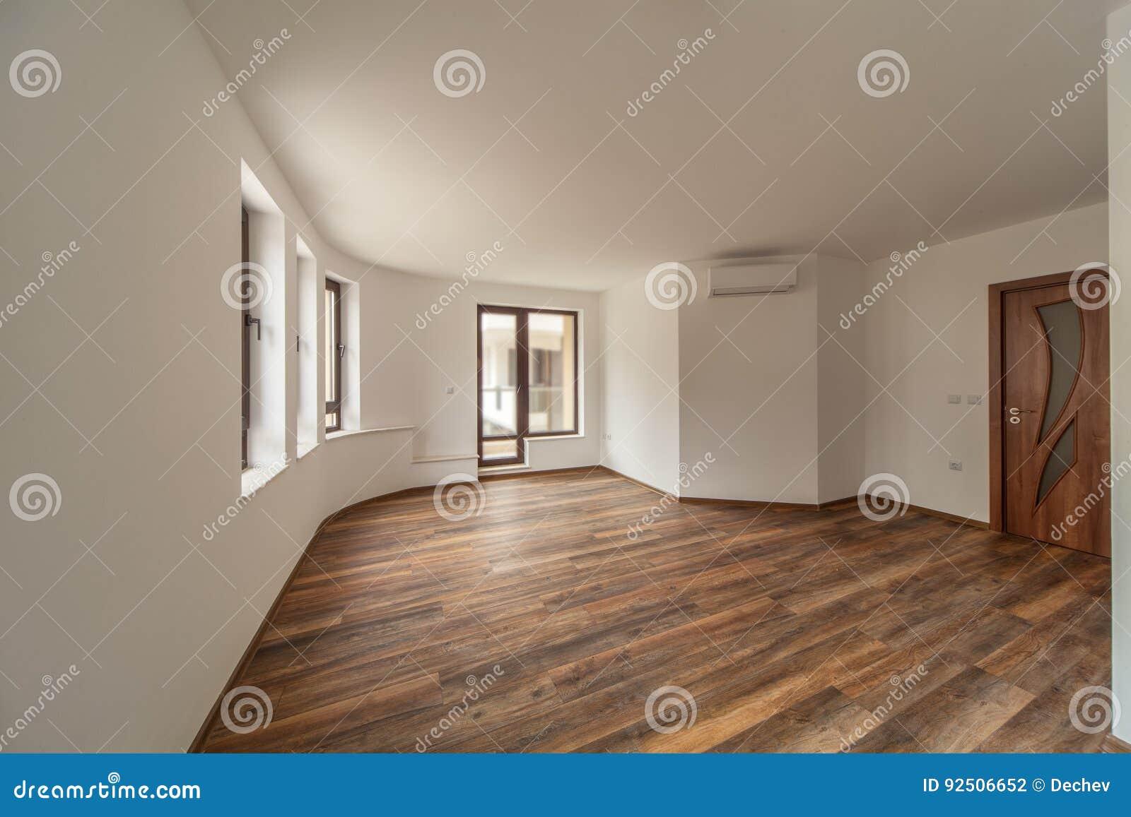 Lege ruimte met natuurlijk licht van vensters modern