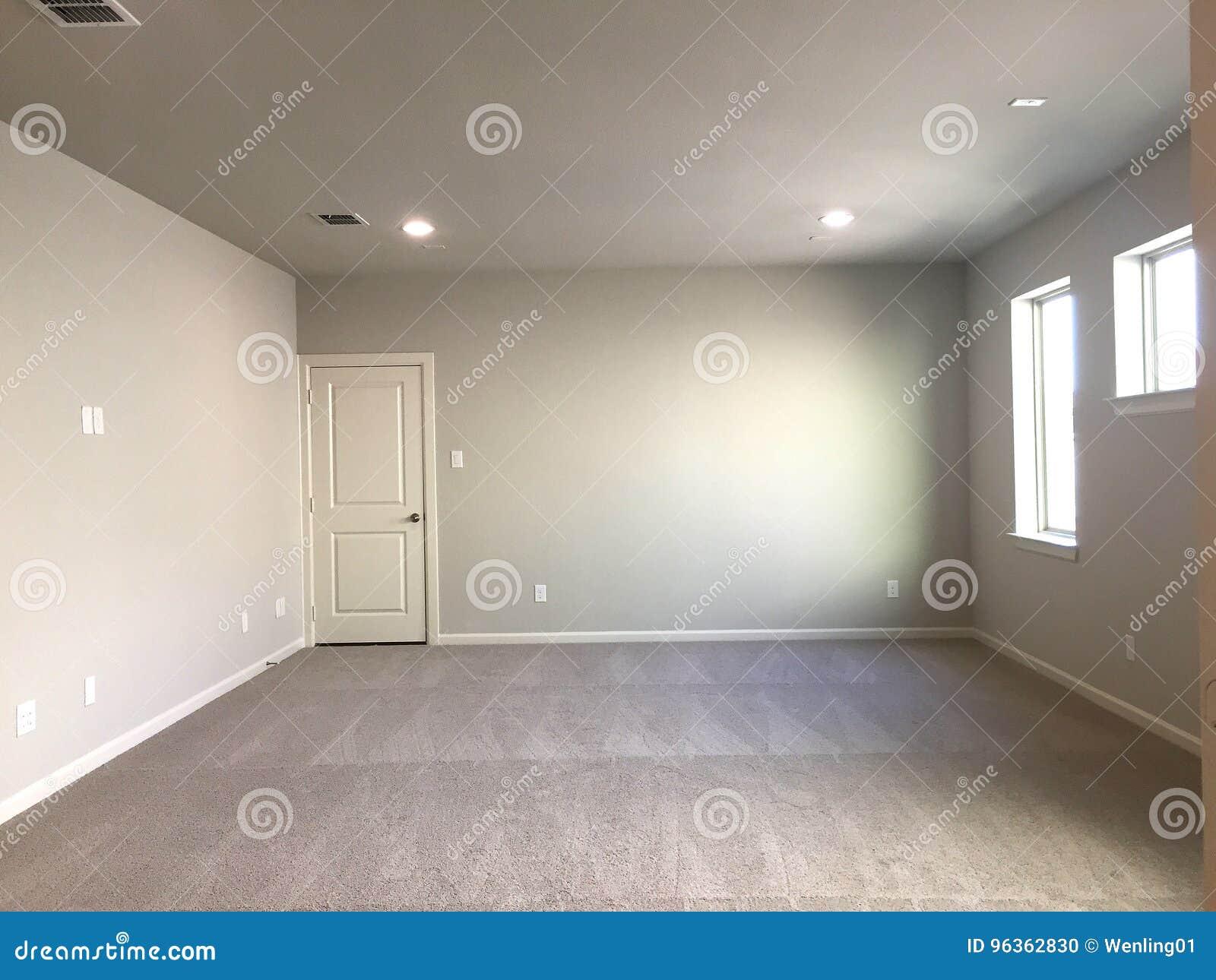 Een Nieuw Huis : Lege ruimte met tapijt in een nieuw huis stock foto afbeelding