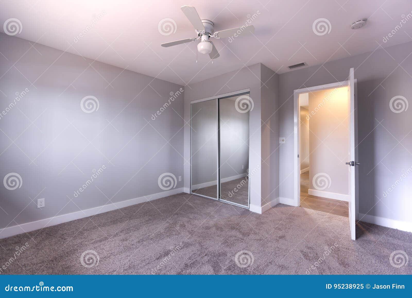 Slaapkamer Met Tapijt : Lege slaapkamer met blauw muren en tapijt stock afbeelding