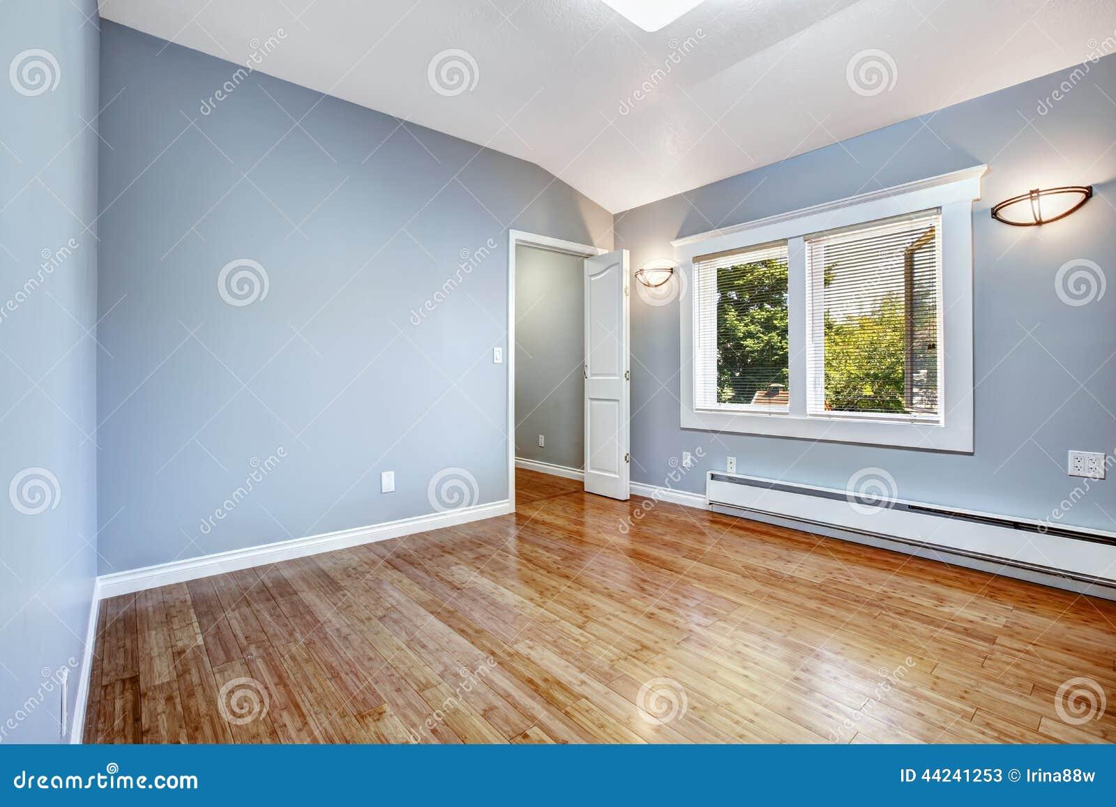 Slaapkamer Met Lichtblauwe Muren Stock Afbeelding - Afbeelding ...