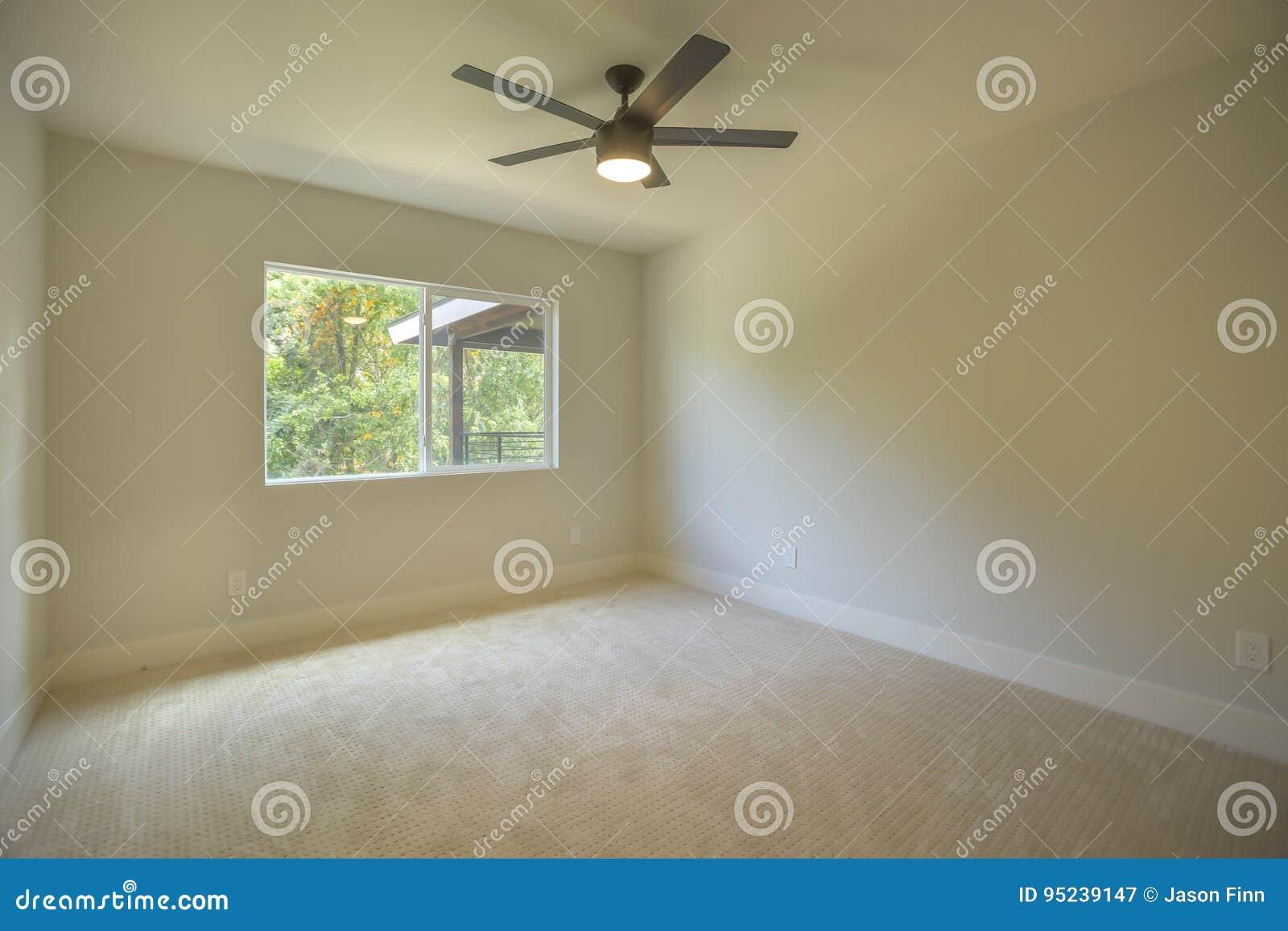Slaapkamer Met Tapijt : Lege slaapkamer met tapijt en plafondventilator stock afbeelding