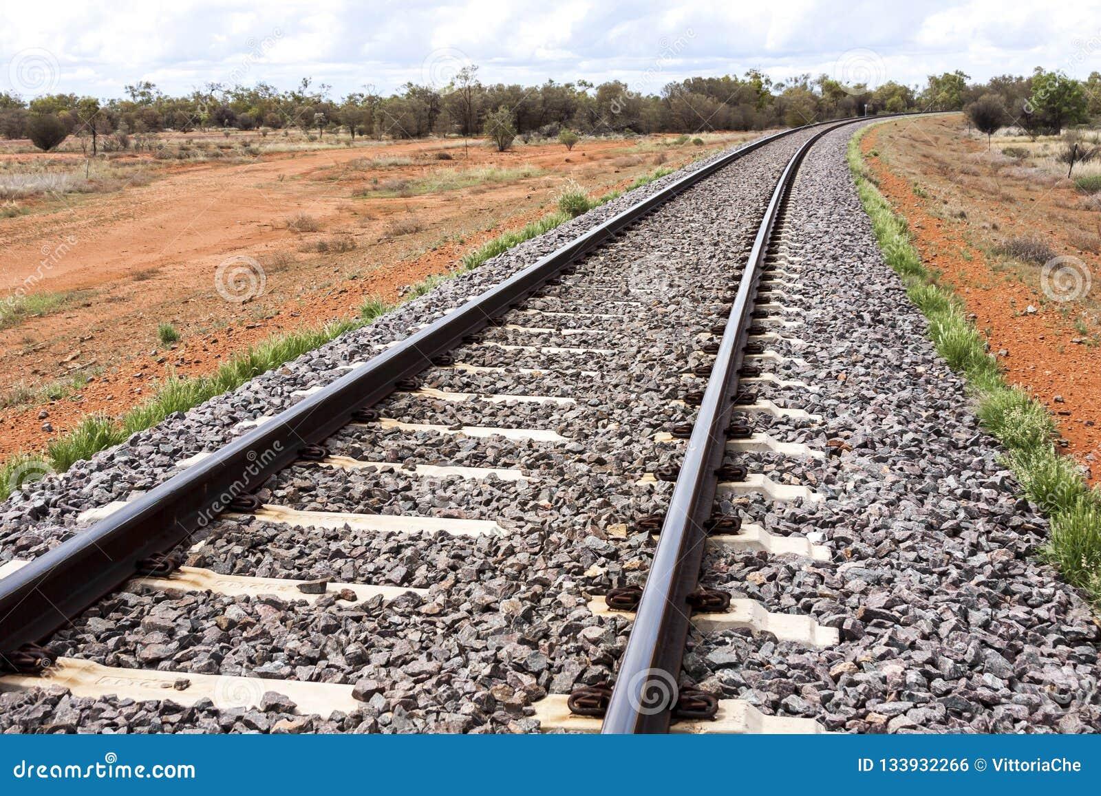 Lege spoorweg door Australisch binnenland centraal Australië