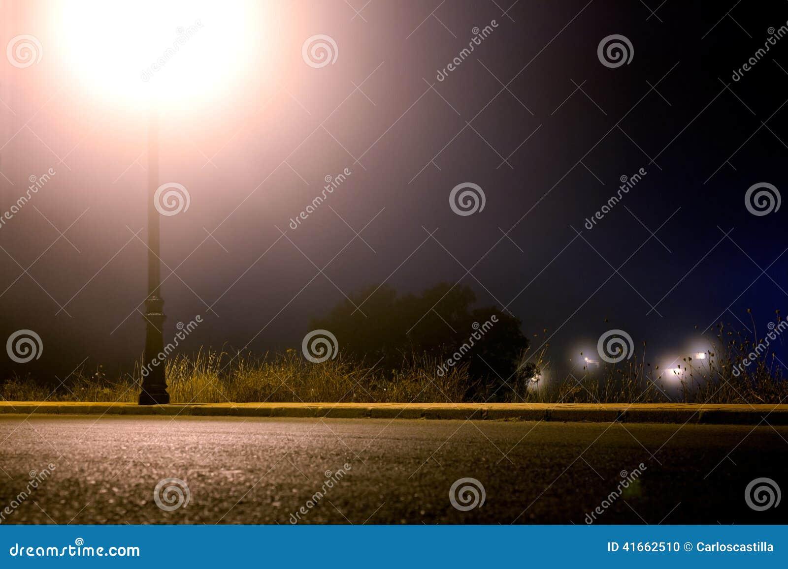 Lege stadsstraat bij nacht