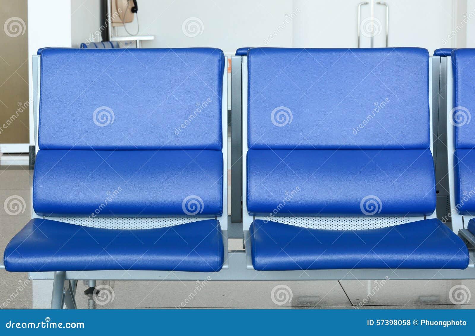Lege stoelen in luchthaven