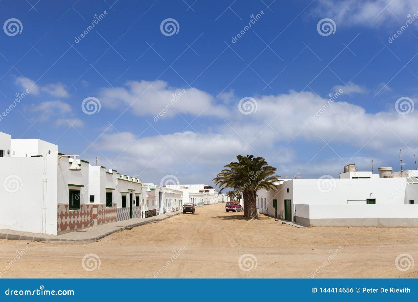 Lege straat met zand en witte huizen in Caleta DE Sebo op eilandla Graciosa