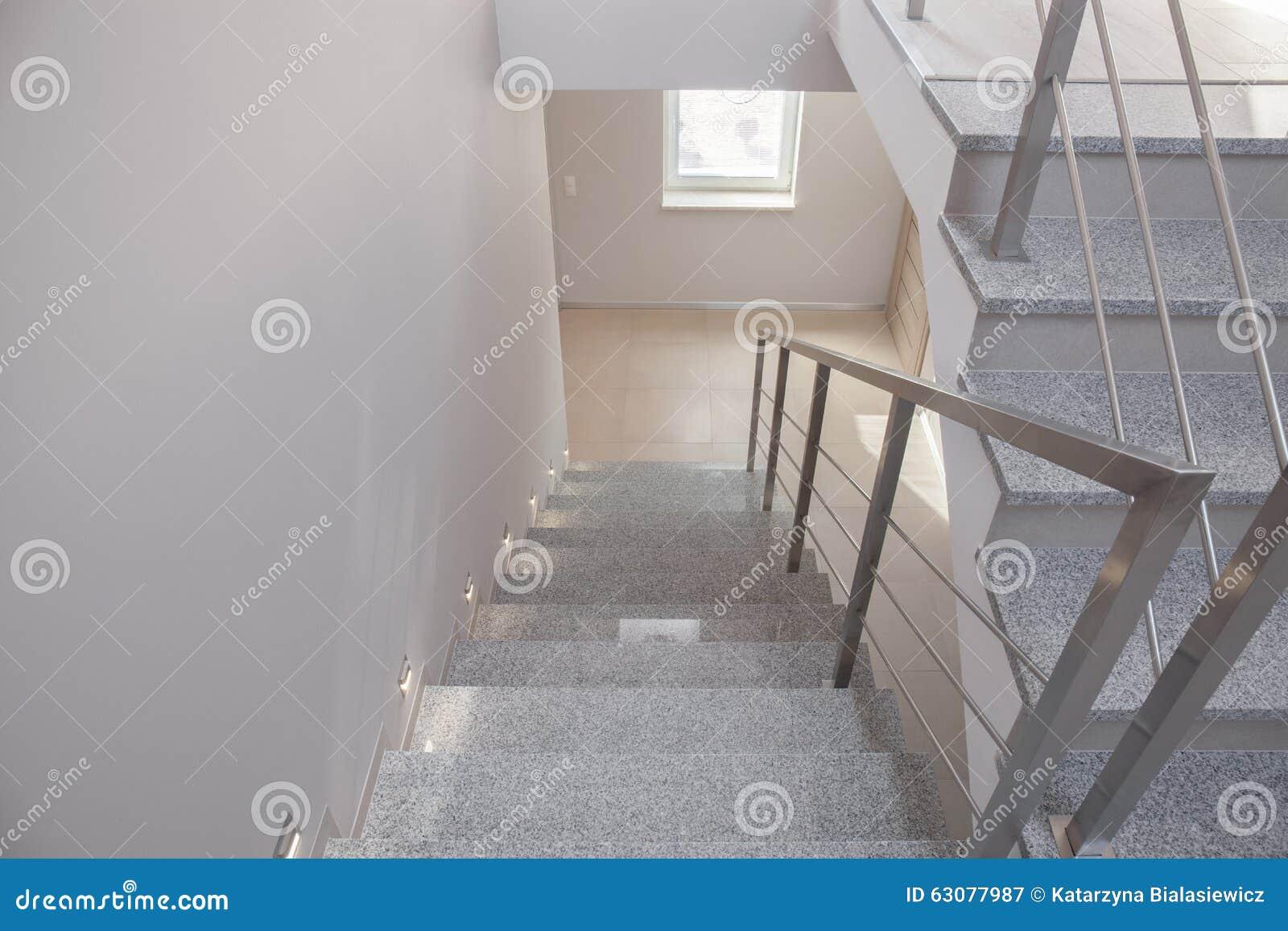Lege trap in losgemaakt huis