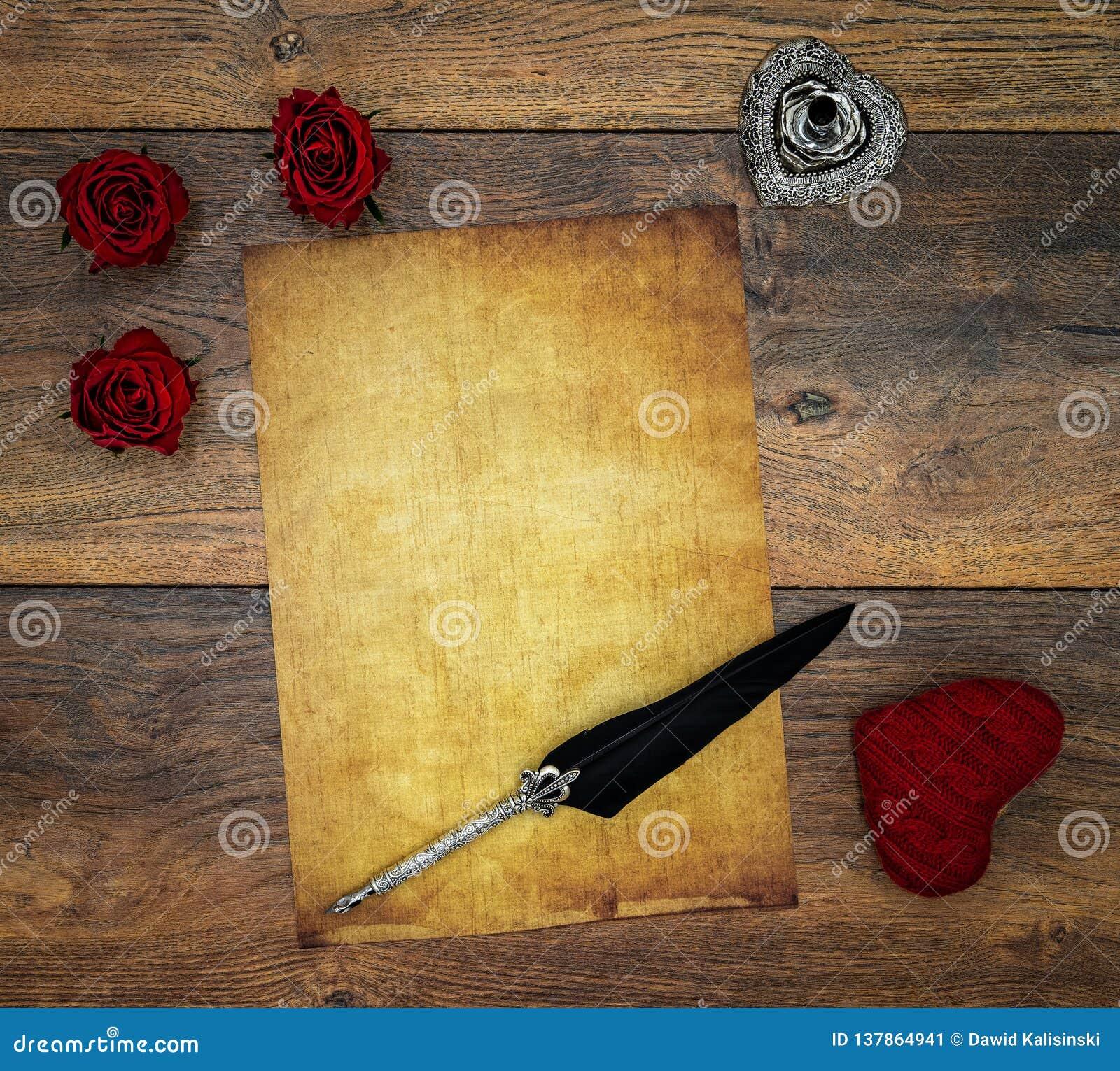 Lege uitstekende kaart met rood knuffelhert, rode rozen, inkt en schacht op uitstekende eik, liefdebrief op antieke eik - hoogste