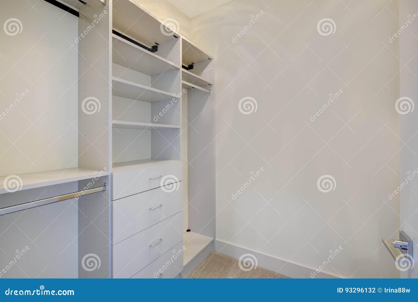 Kast Met Planken : Lege walk in kast met open planken stock foto afbeelding
