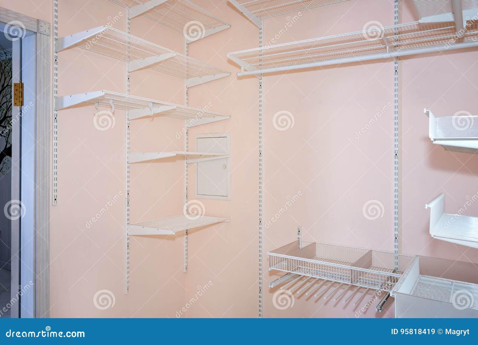 Kast Met Planken : Lege walk in kast met planken kleedkamer binnenlandse elementen