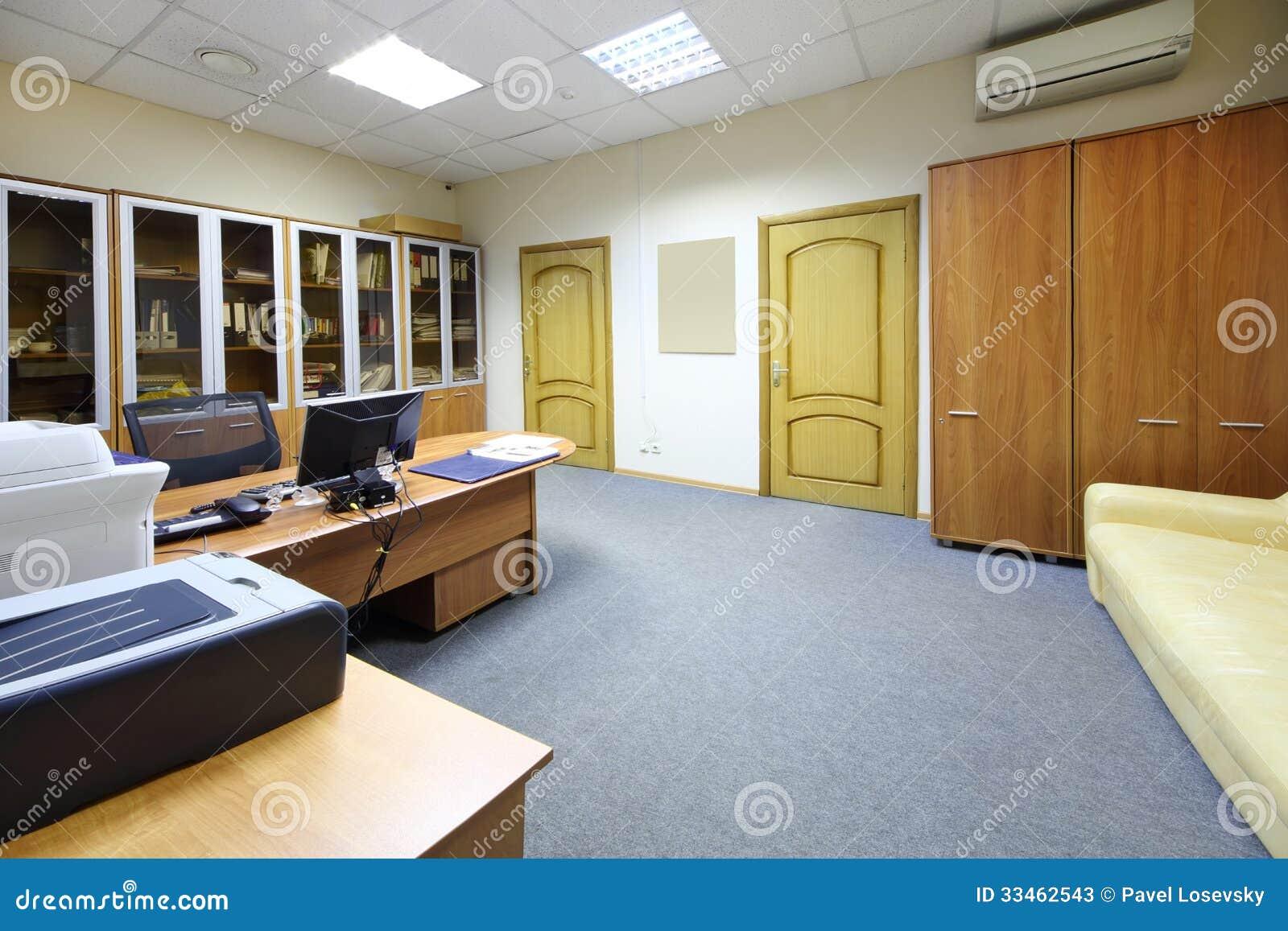 lege werkplaats met desktop boekenkast in modern bureau
