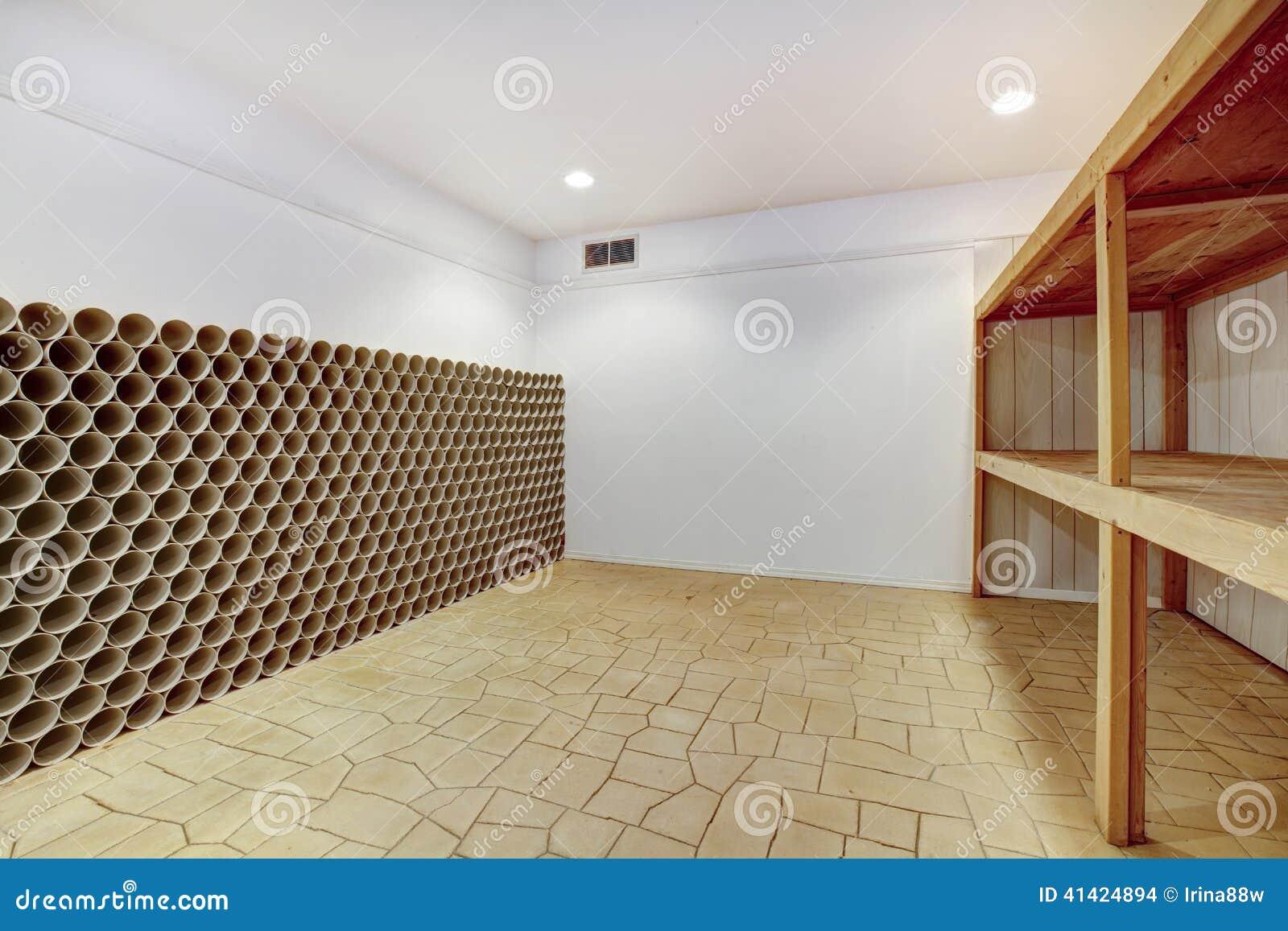 Lege wijnkelder stock foto. afbeelding bestaande uit niemand 41424894