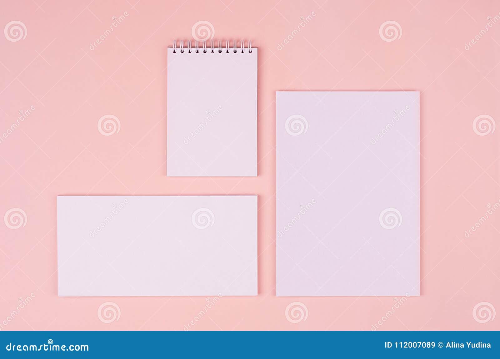 Lege witte kantoorbehoefteninzameling op elegante zachte pastelkleur roze achtergrond Collectief identiteitsmalplaatje Spot omhoo