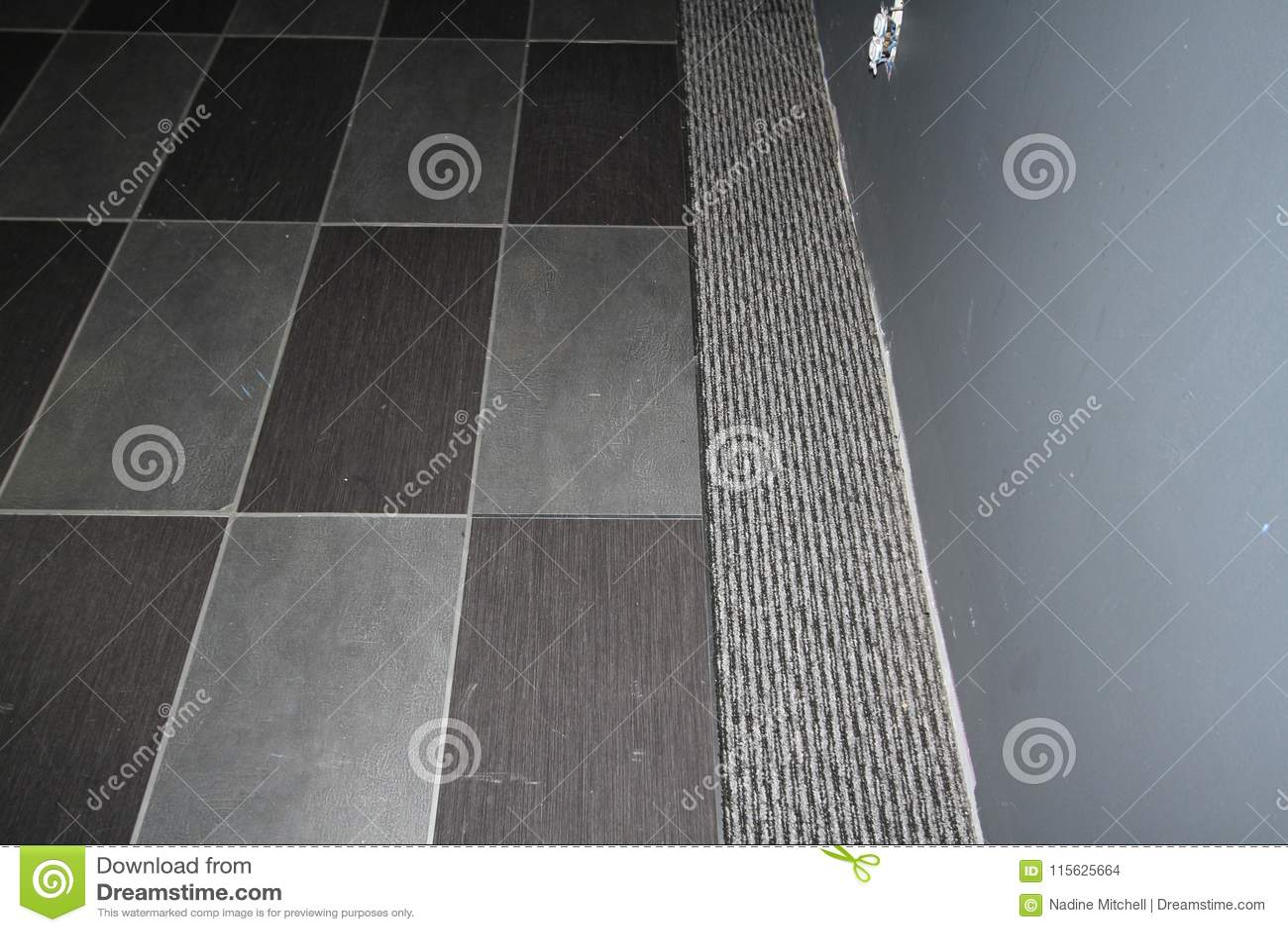 Legen Sie Die Fliesen Mit Teppich Aus Die In Einen Grauen Teppich