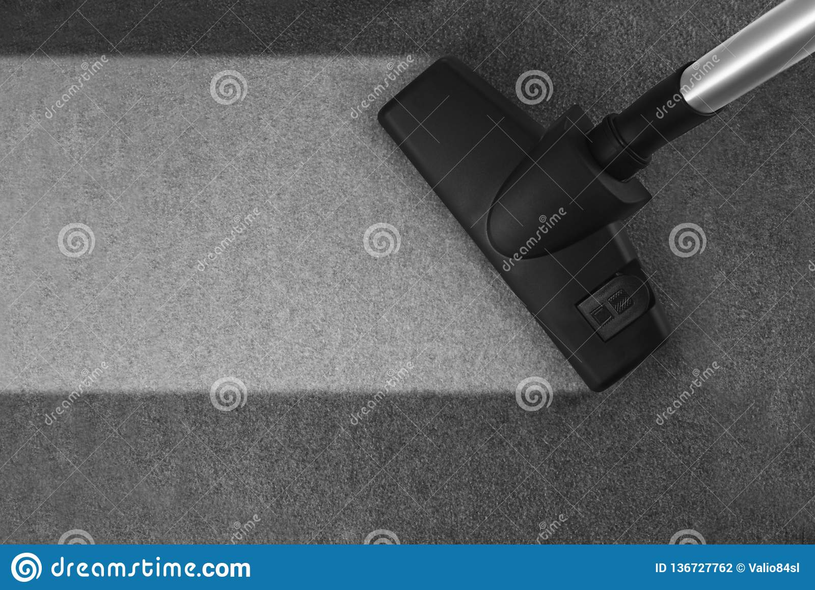 Legen Sie Reinigung mit Staubsauger mit Teppich aus und kopieren Sie Raum