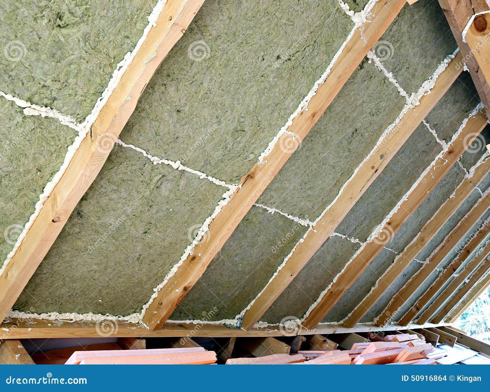 legen von platten des wärmedämmungsmaterials stockfoto - bild von