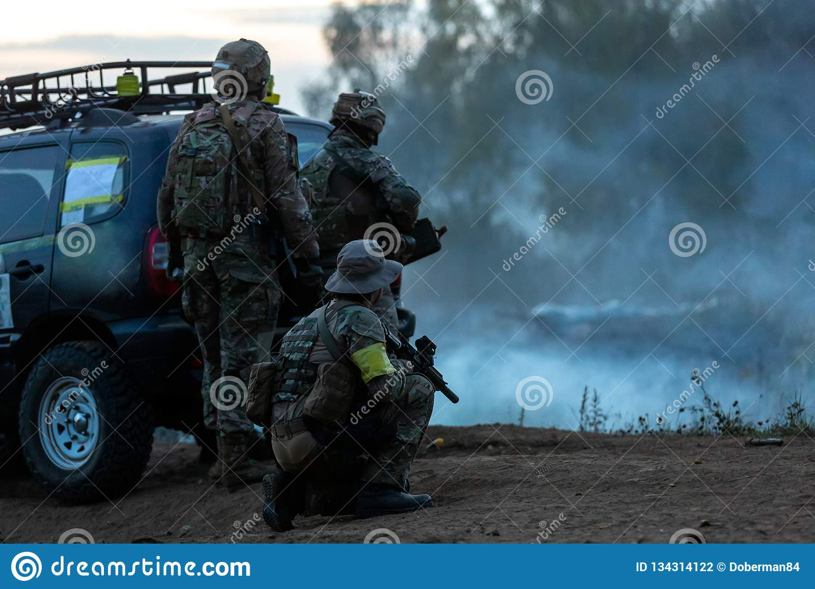 Legermilitairen tijdens de militaire operatie oorlog, leger, technologie en mensenconcept