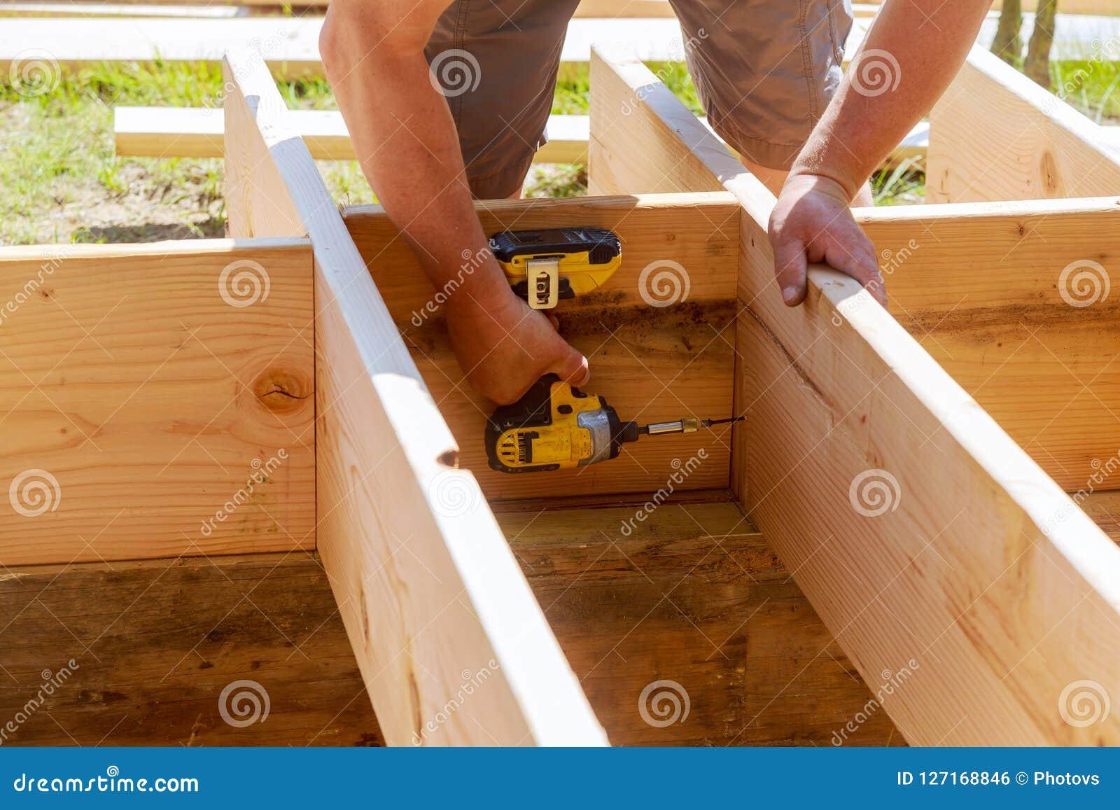 Legno integrale di perforazione del carpentiere al cantiere
