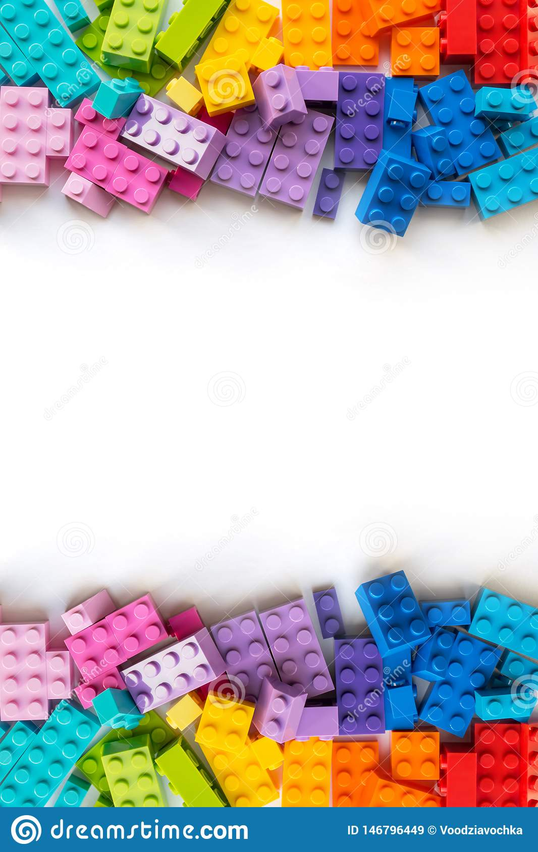 Lego?? 很多五颜六色的Plastick建设者砖边界在白色背景的 E Copyspace ??