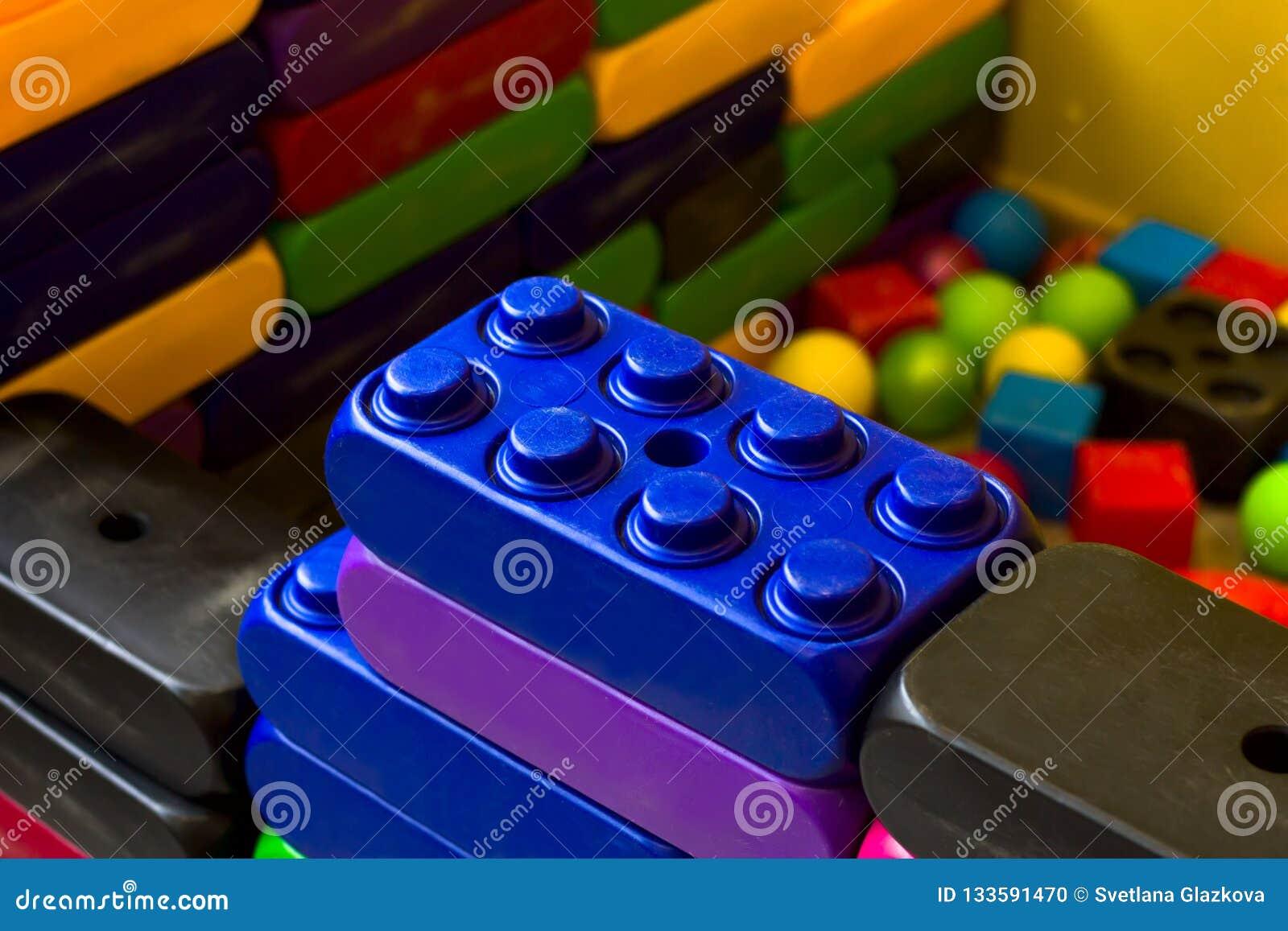 Lego-Blöcke auf dem playgroud der Kinder