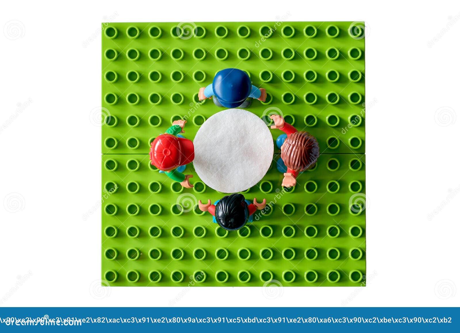 Lego-Leute um die Tabelle, Mähdrescher vom unterschiedlichen Satz