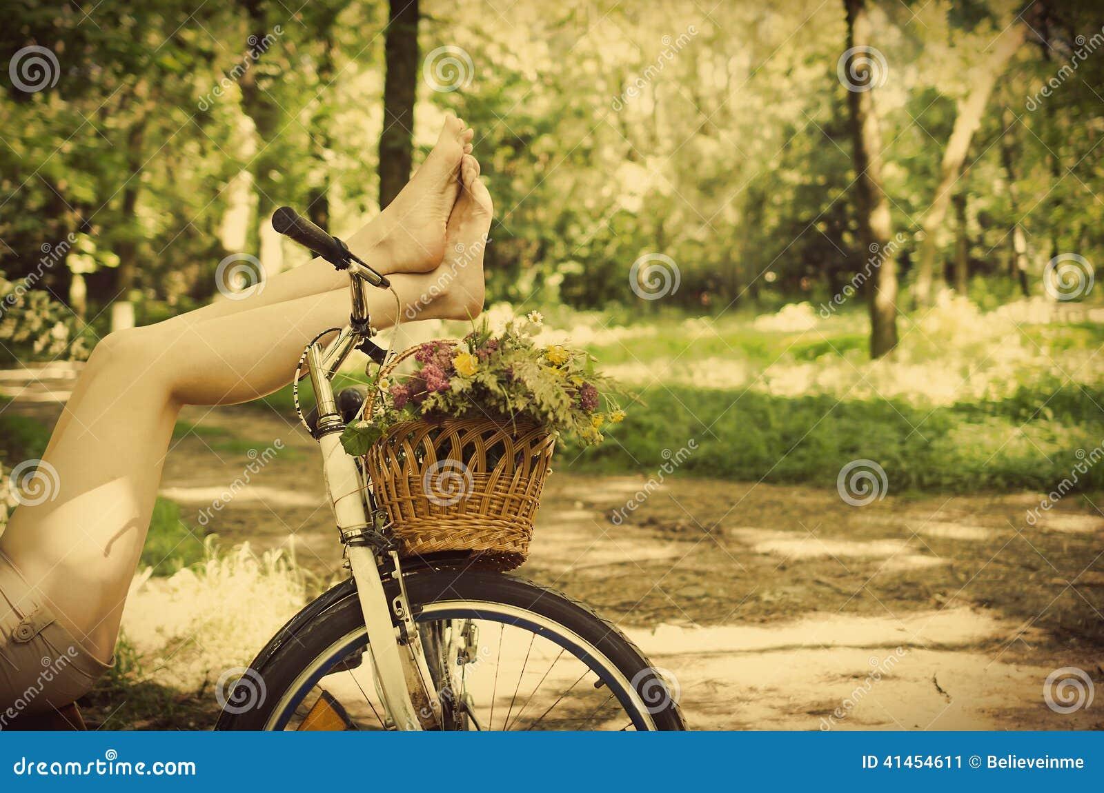Andando de bike com legging transparente - 1 4