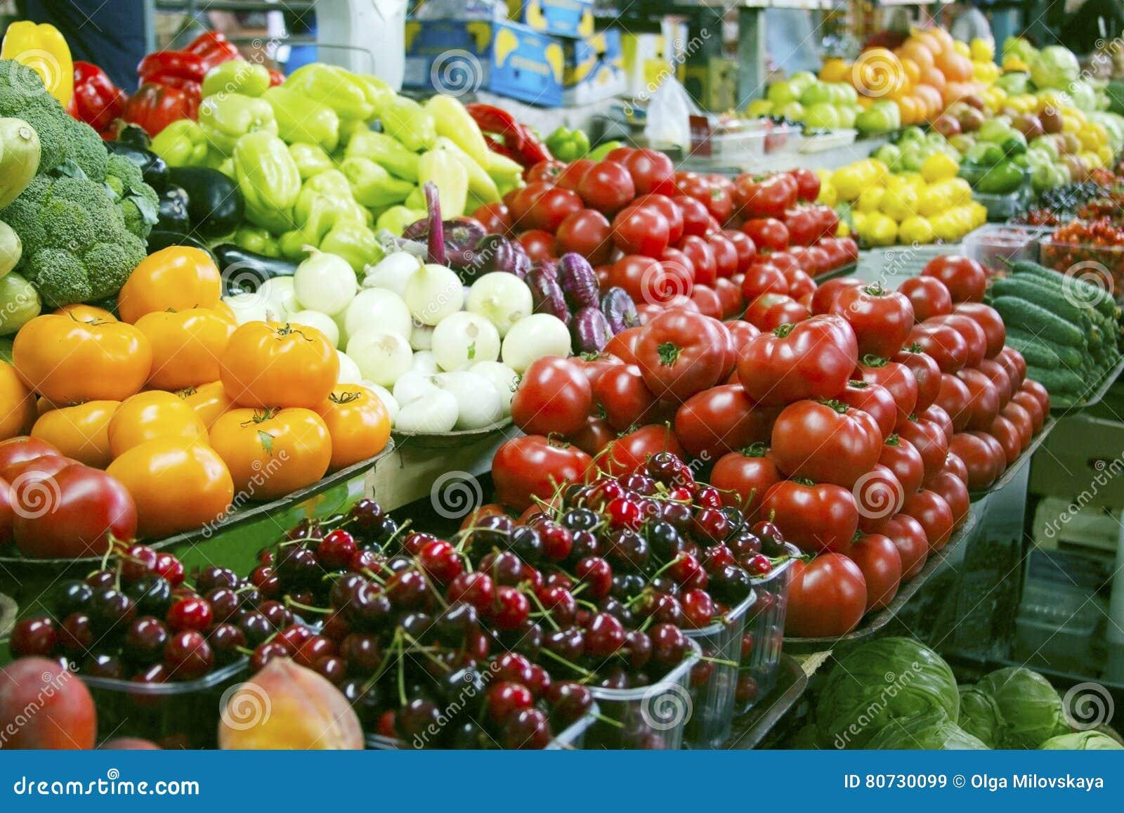 Legumes frescos e frutos no mercado agrícola do fazendeiro