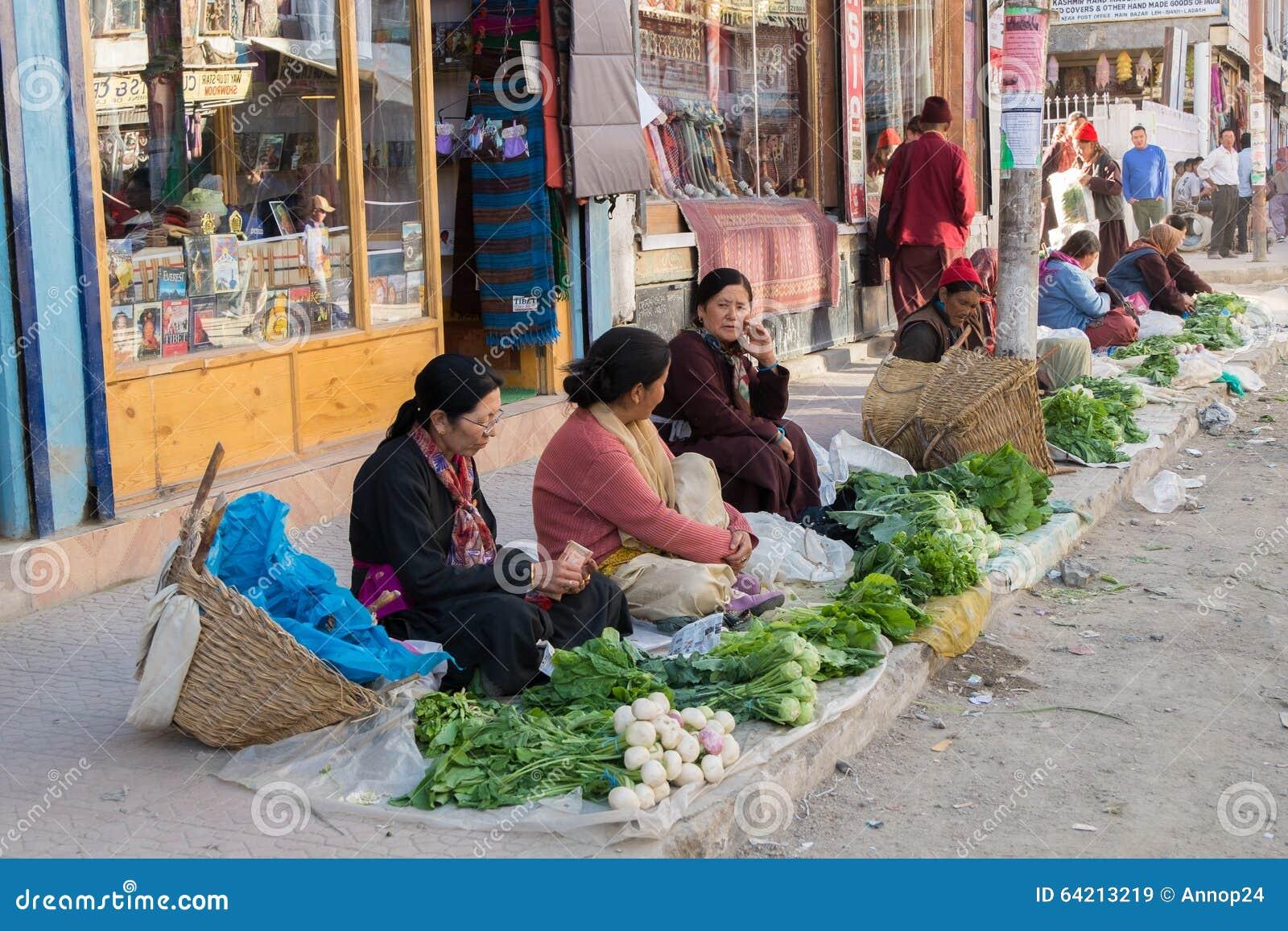 Leh Ladakh, la India - julio 8,2014: Las mujeres locales están vendiendo verduras