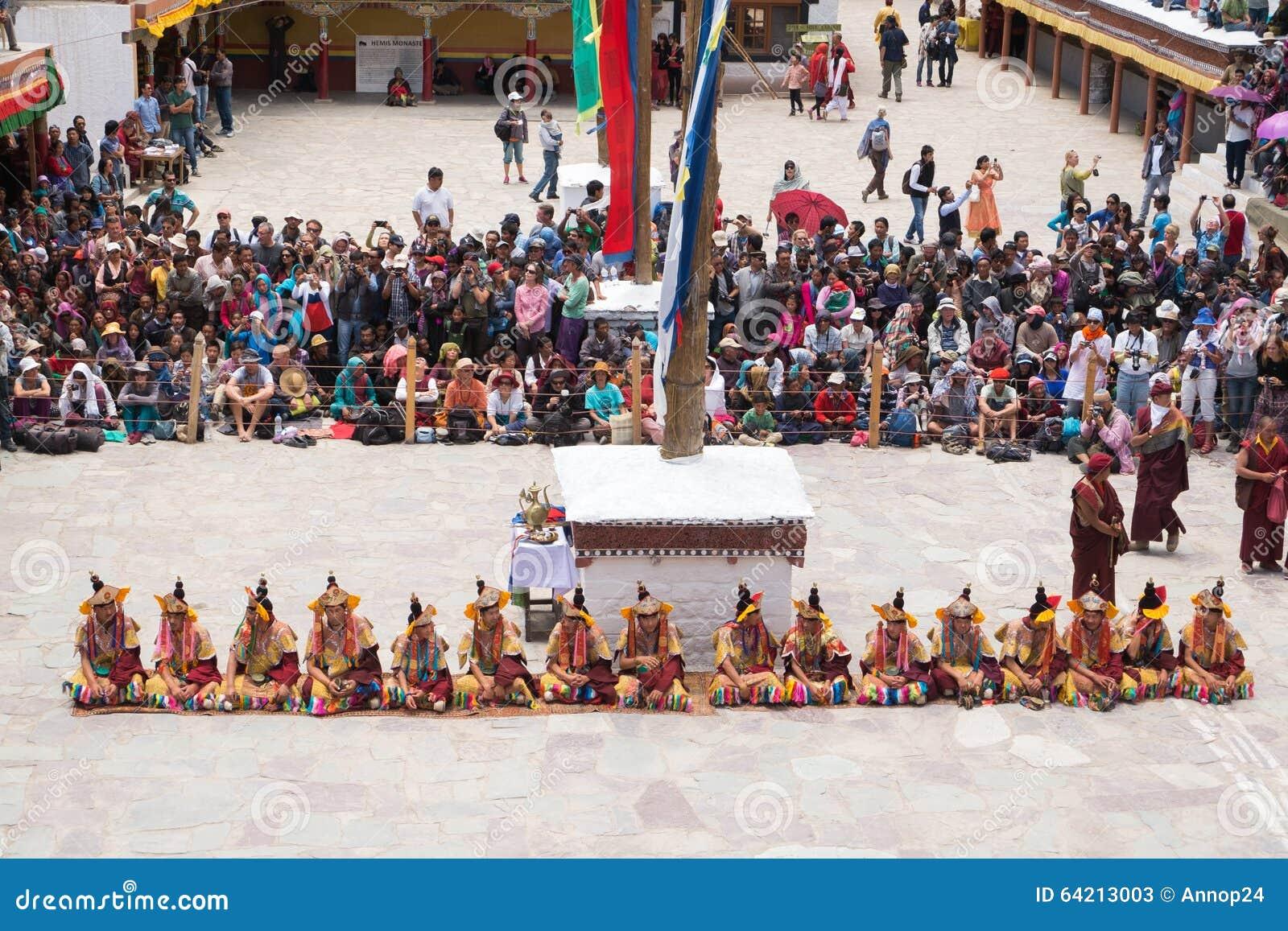 Leh Ladakh, la India - julio 7,2014: Mucha gente va al festival de Hemis