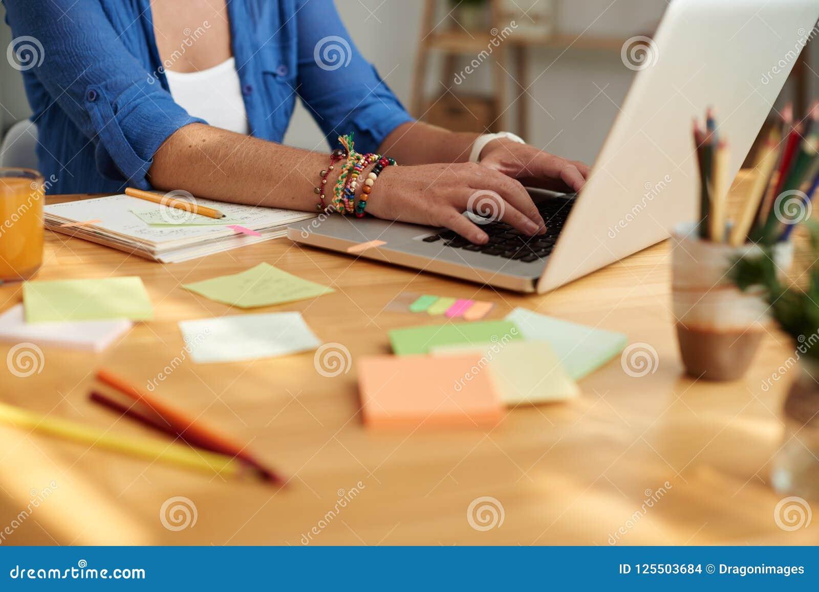 Lehrer, der an Laptop arbeitet