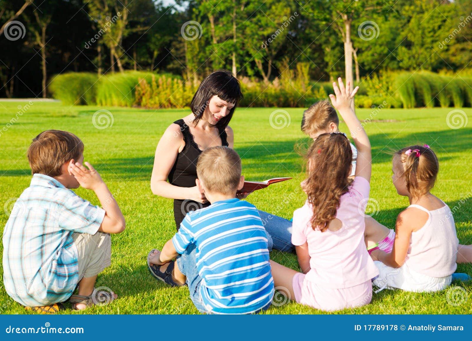 Lehrer, der zu den Kindern liest