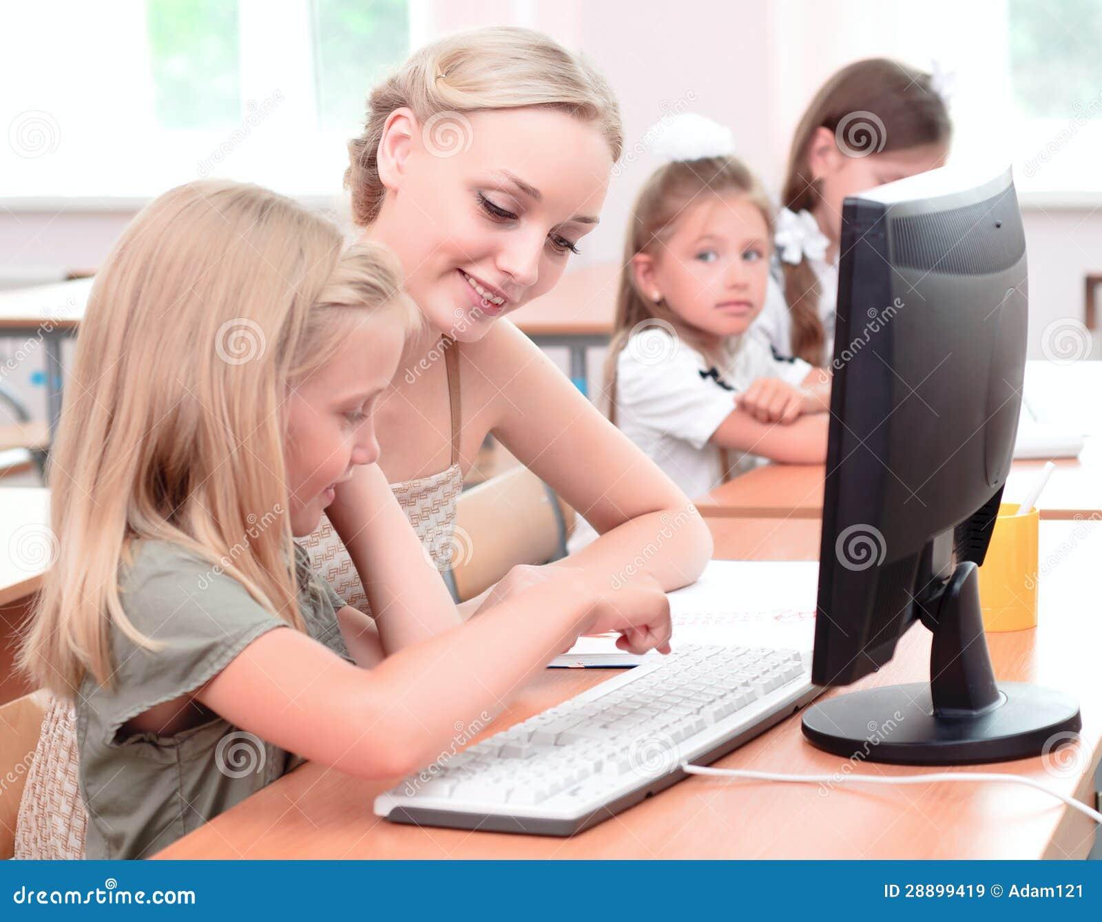 Lehrer Erklärt Das Aufgaben-Schulmädchen Stockbild - Bild von tafel ...