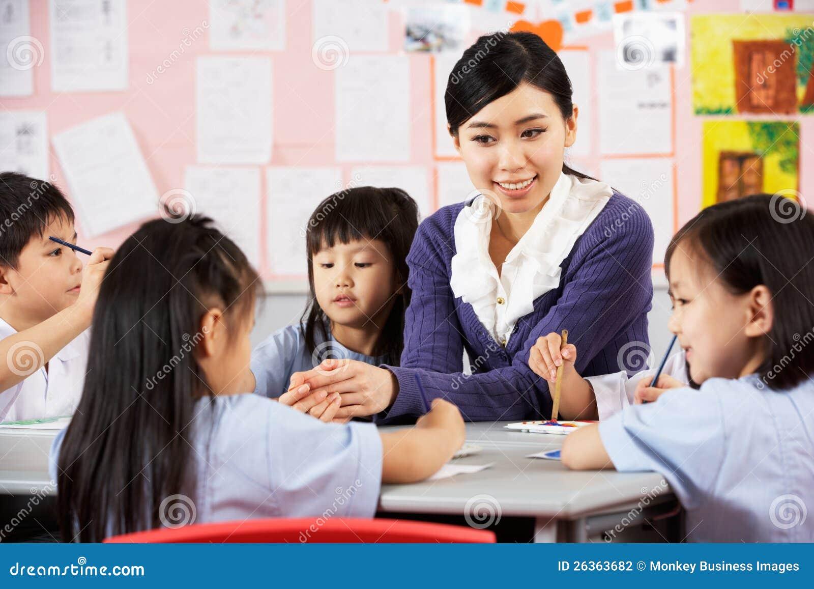 Lehrer-helfende Kursteilnehmer während der Kunst-Kategorie